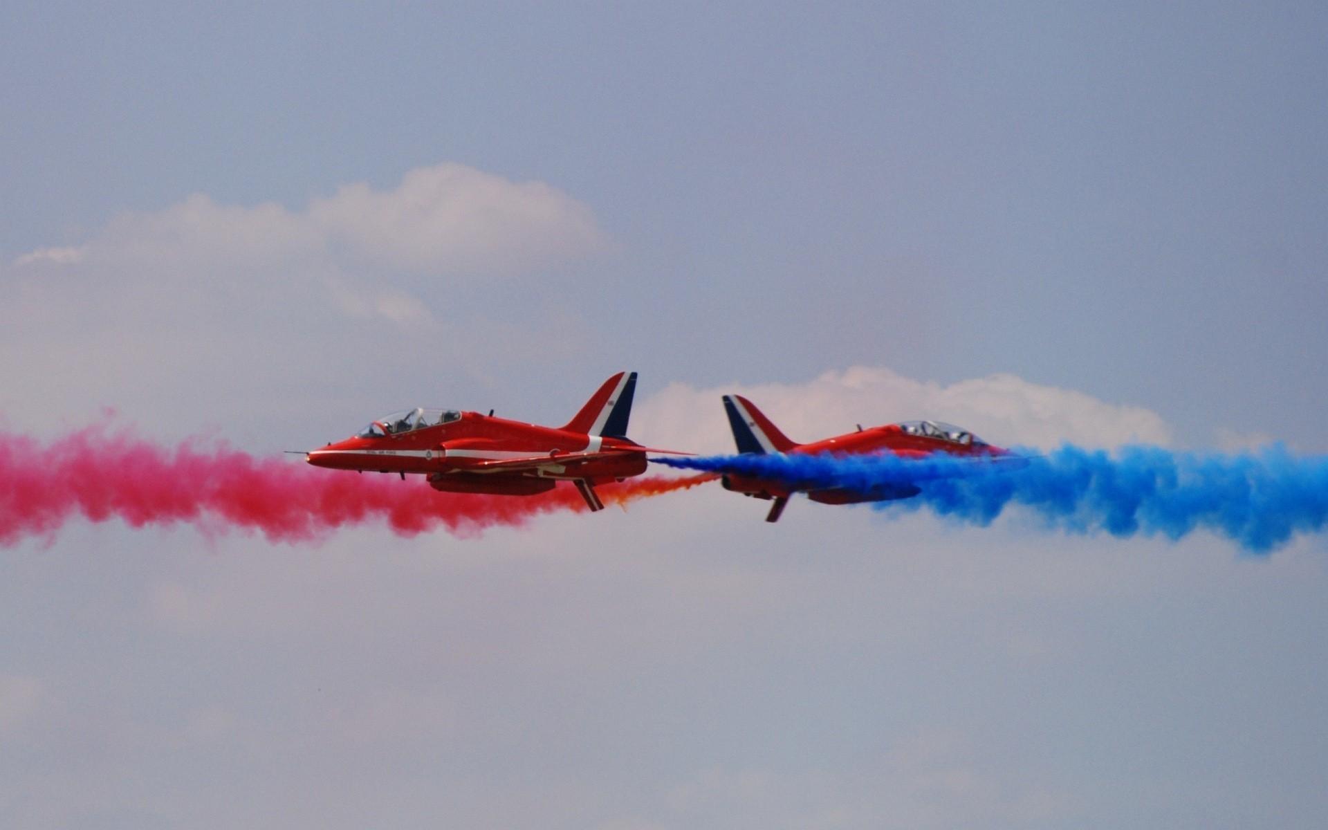 Группа красных самолетов на шоу загрузить