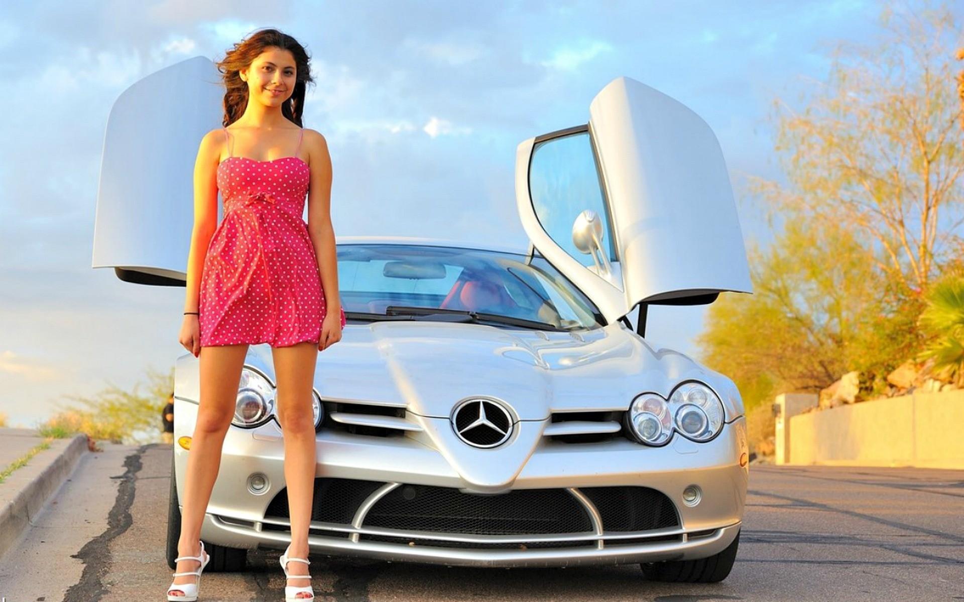 Фотомодели на фоне машин