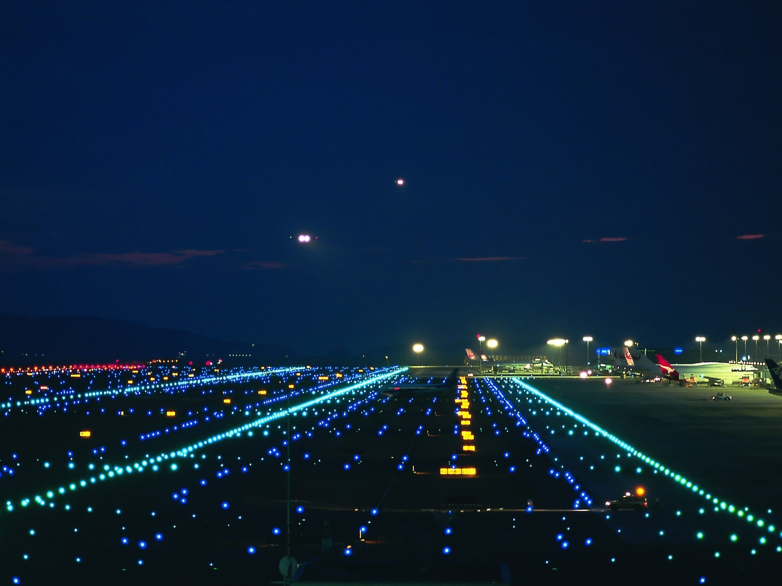 Взлетно посадочная полоса ночью фото 2