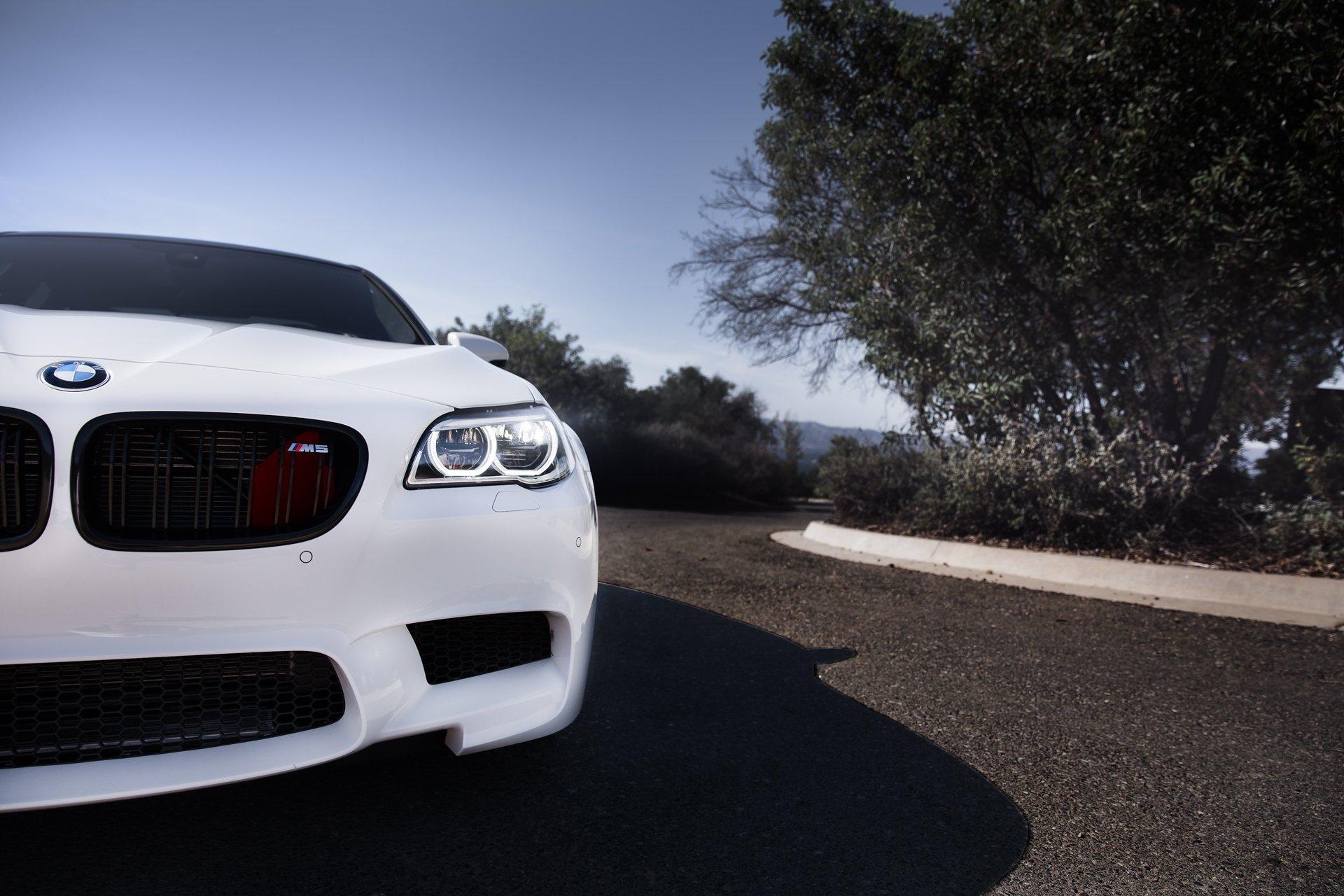 белый автомобиль bmw m5 f10  № 847751 бесплатно