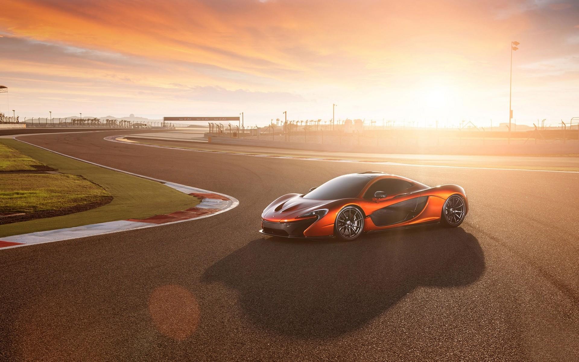 автомобиль белый спортивный McLaren P1 без смс