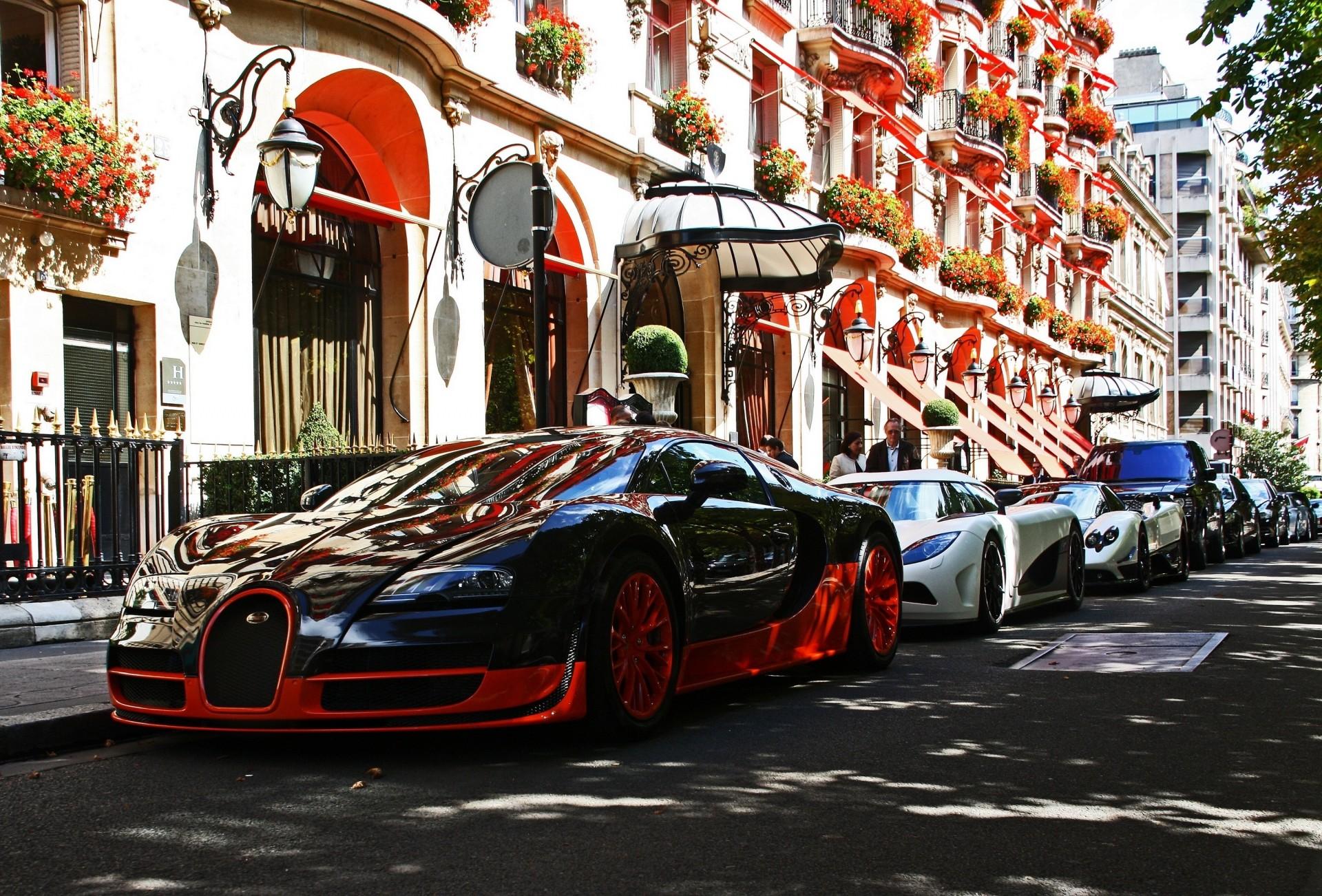 машины на улице города