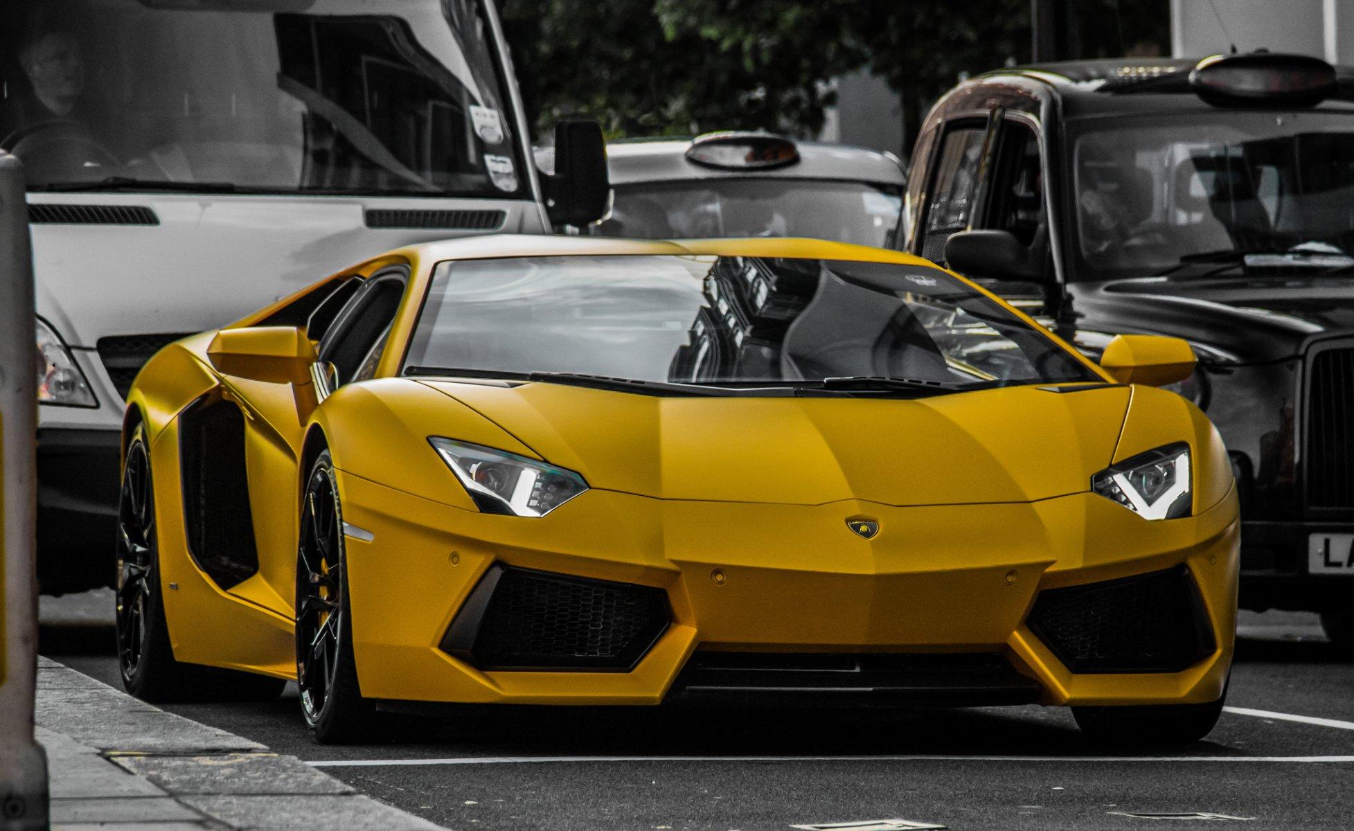 желтый спортивный автомобиль Lamborghini Aventador yellow sports car скачать