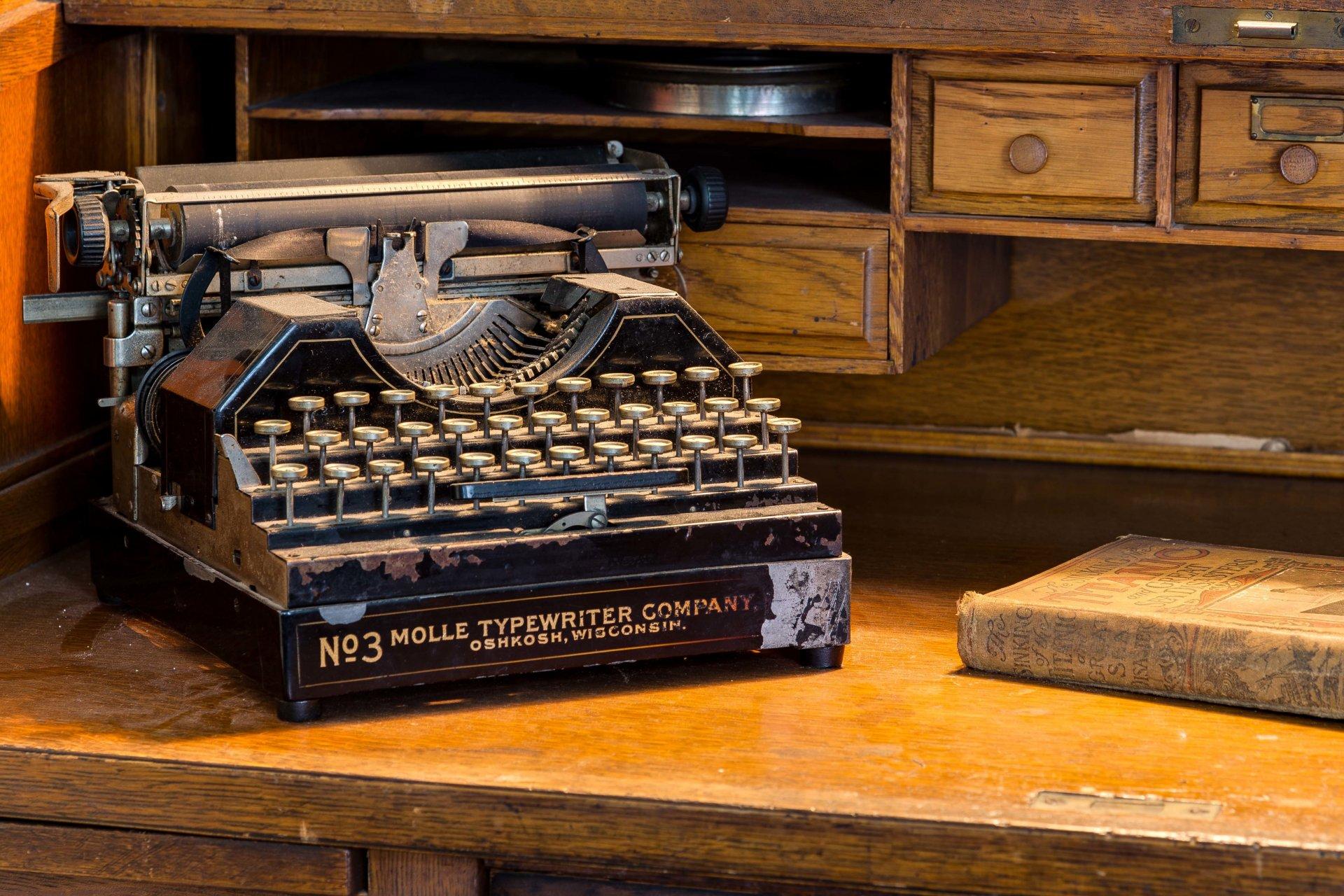 заметил, последнее фото старые печатные машинки как