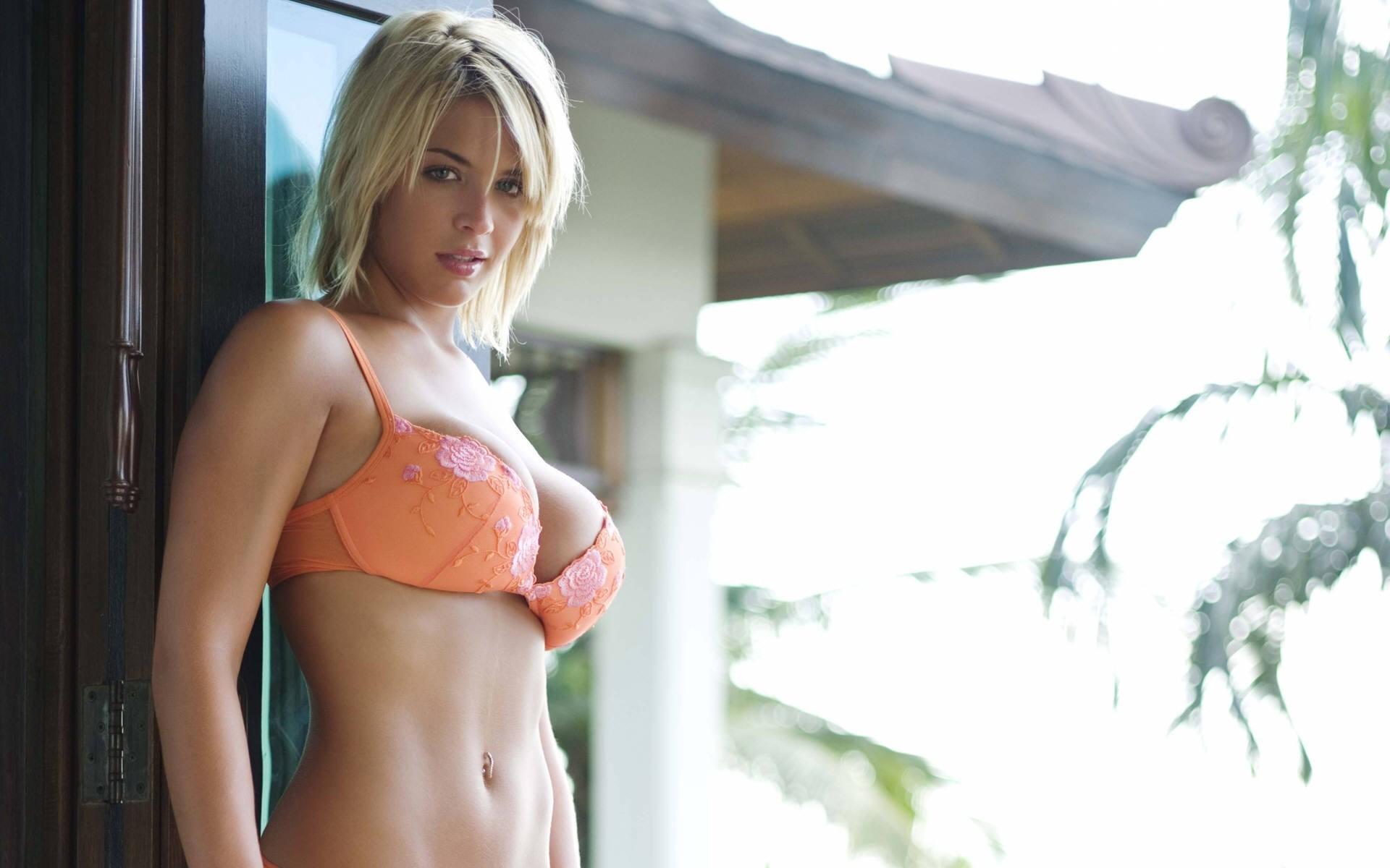Porno молоденькая блондинка с большими