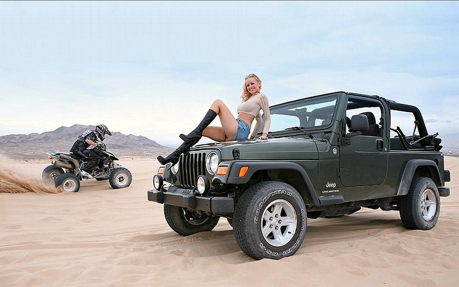 блондинка на bmw в пустыне