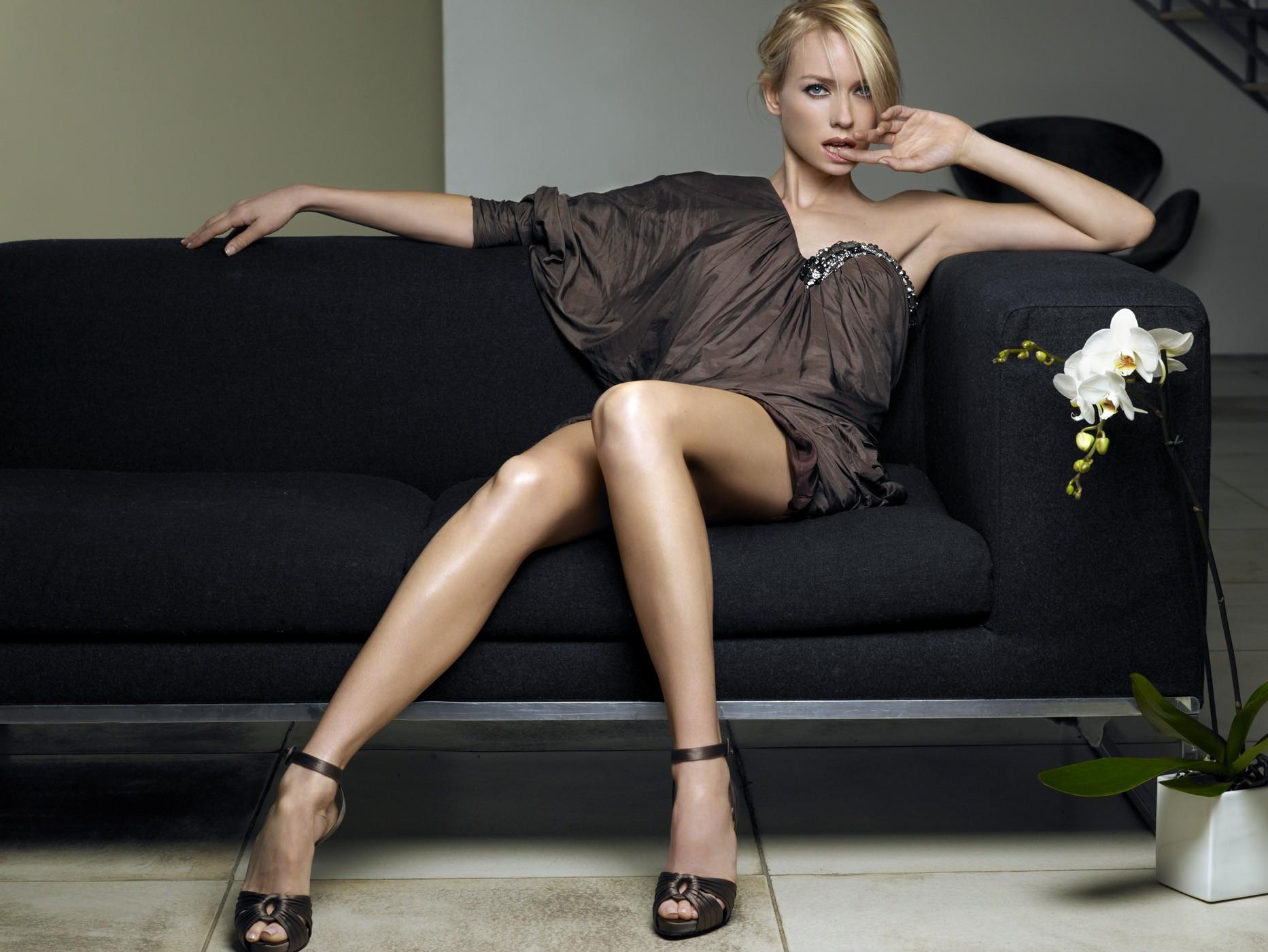 Профессиональные снимки молодой модели на белом диване  552877