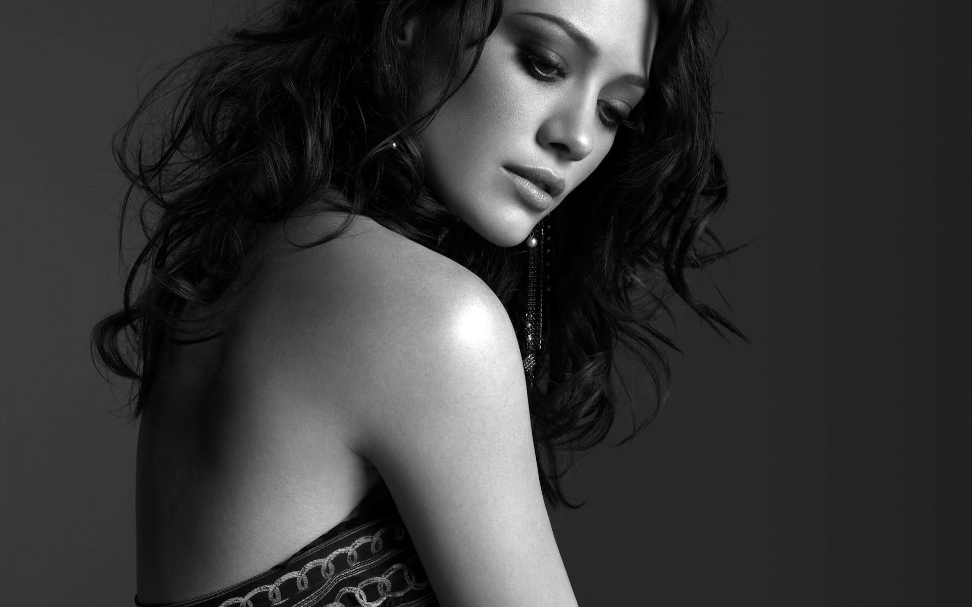красивые брюнетки черно белые фото прикрытая мохнатка