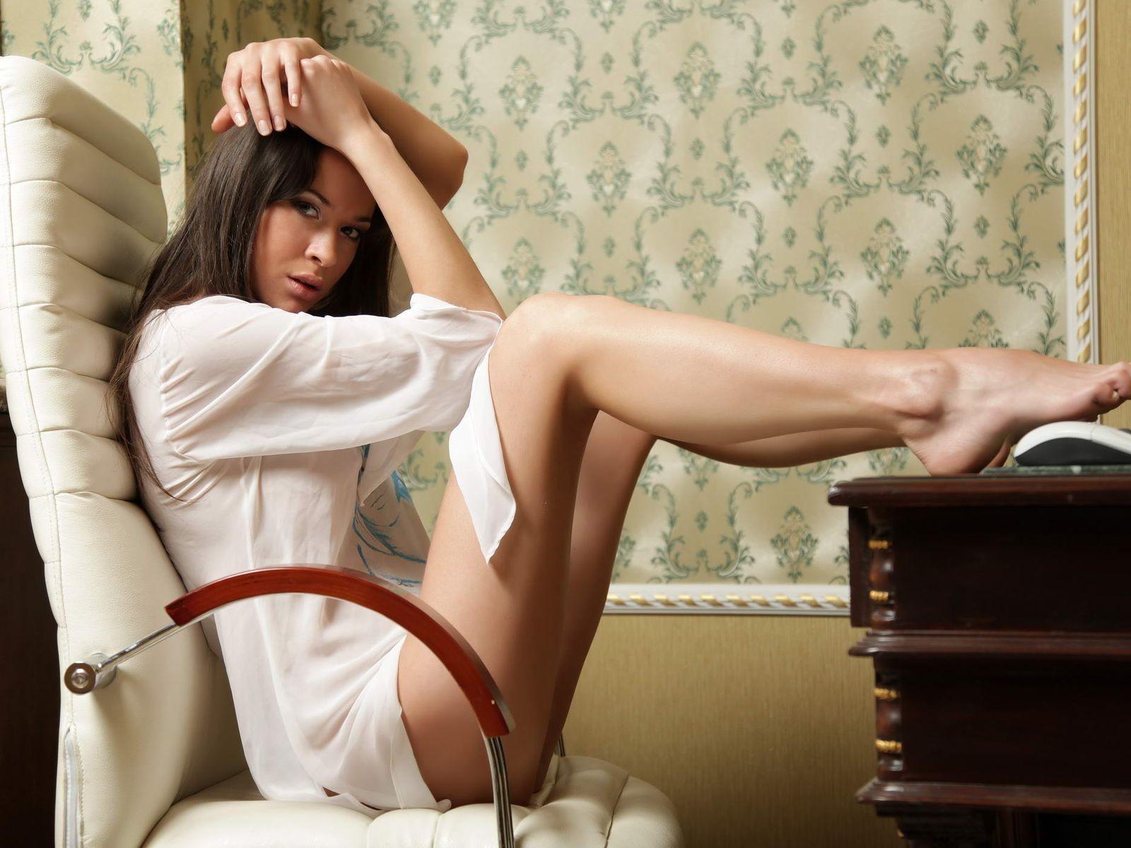 Худенькая шоколадная девушка позирует в кресле  126965