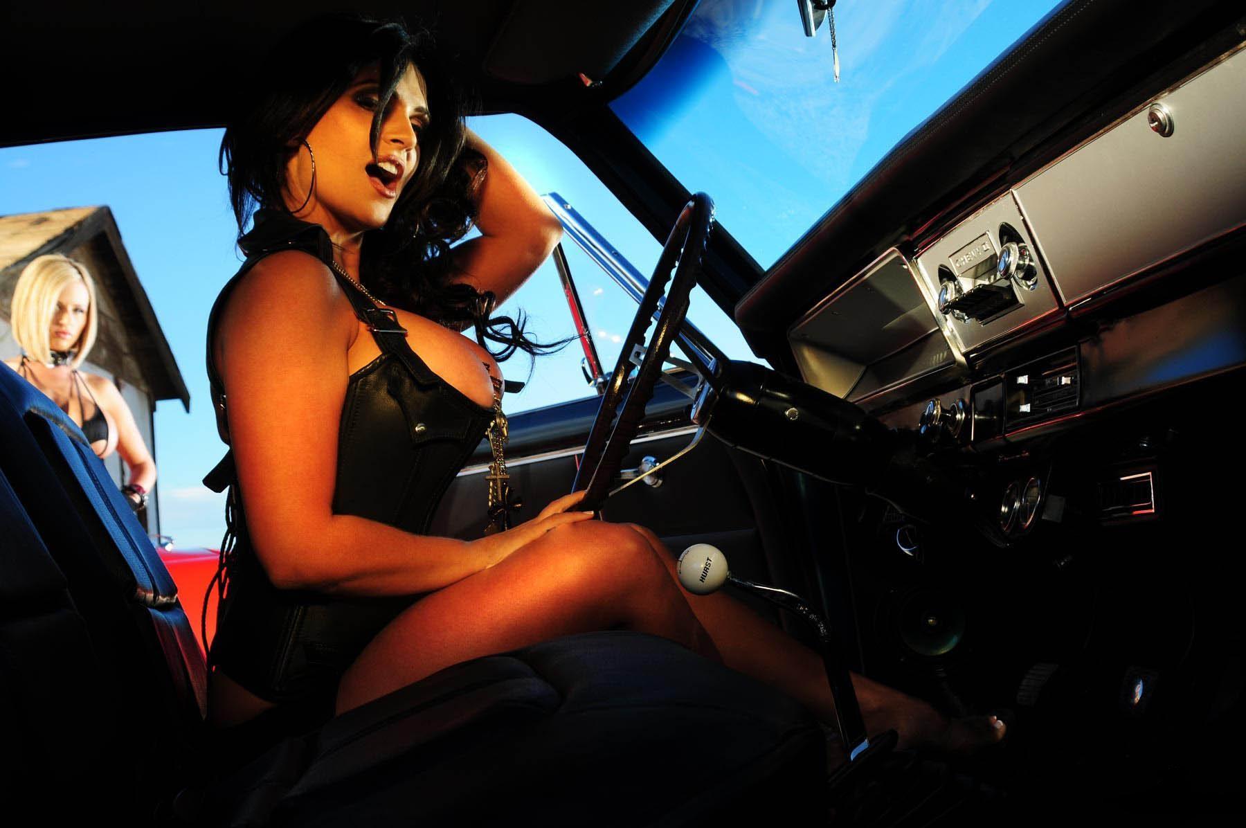 браун дает секси девушки за рулем насладиться уютными, изнывающими