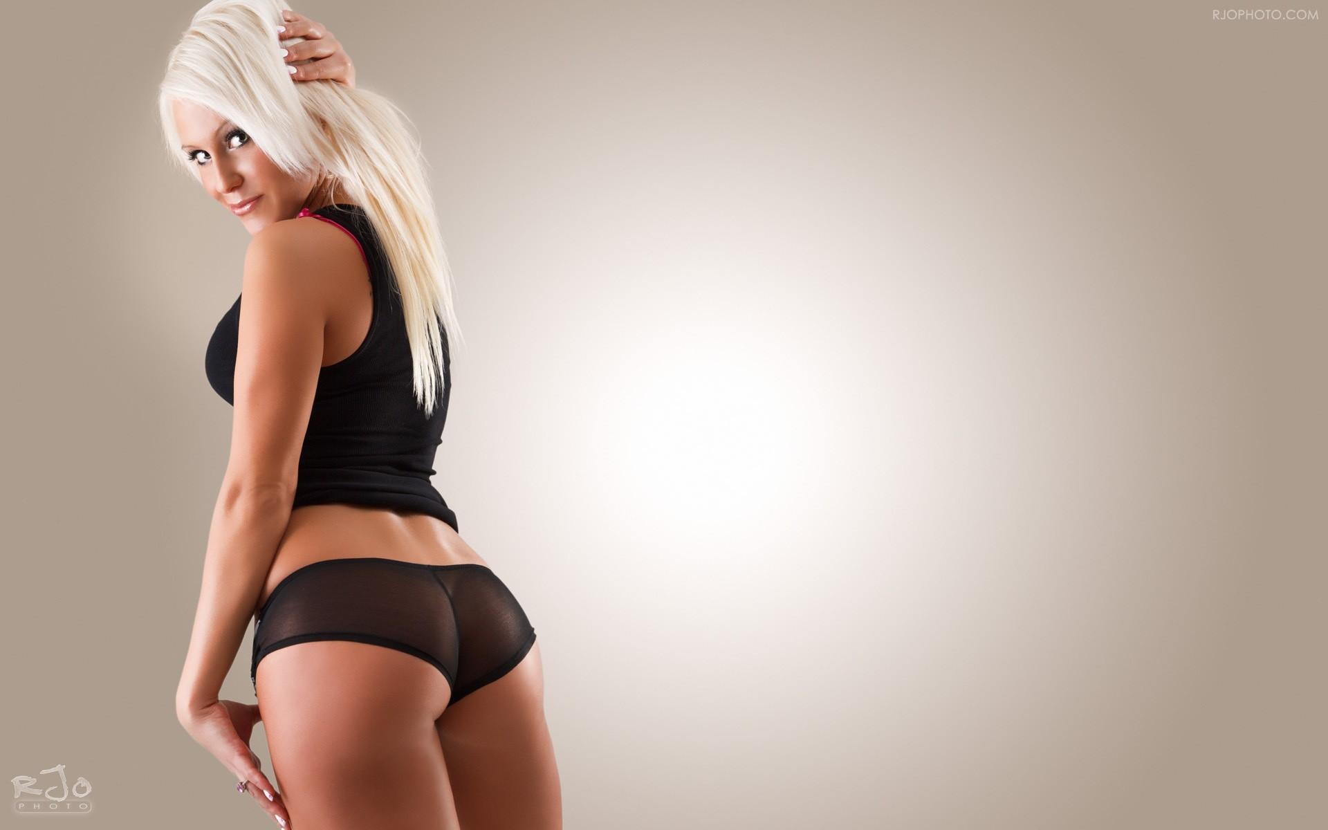 Упругая блондинка