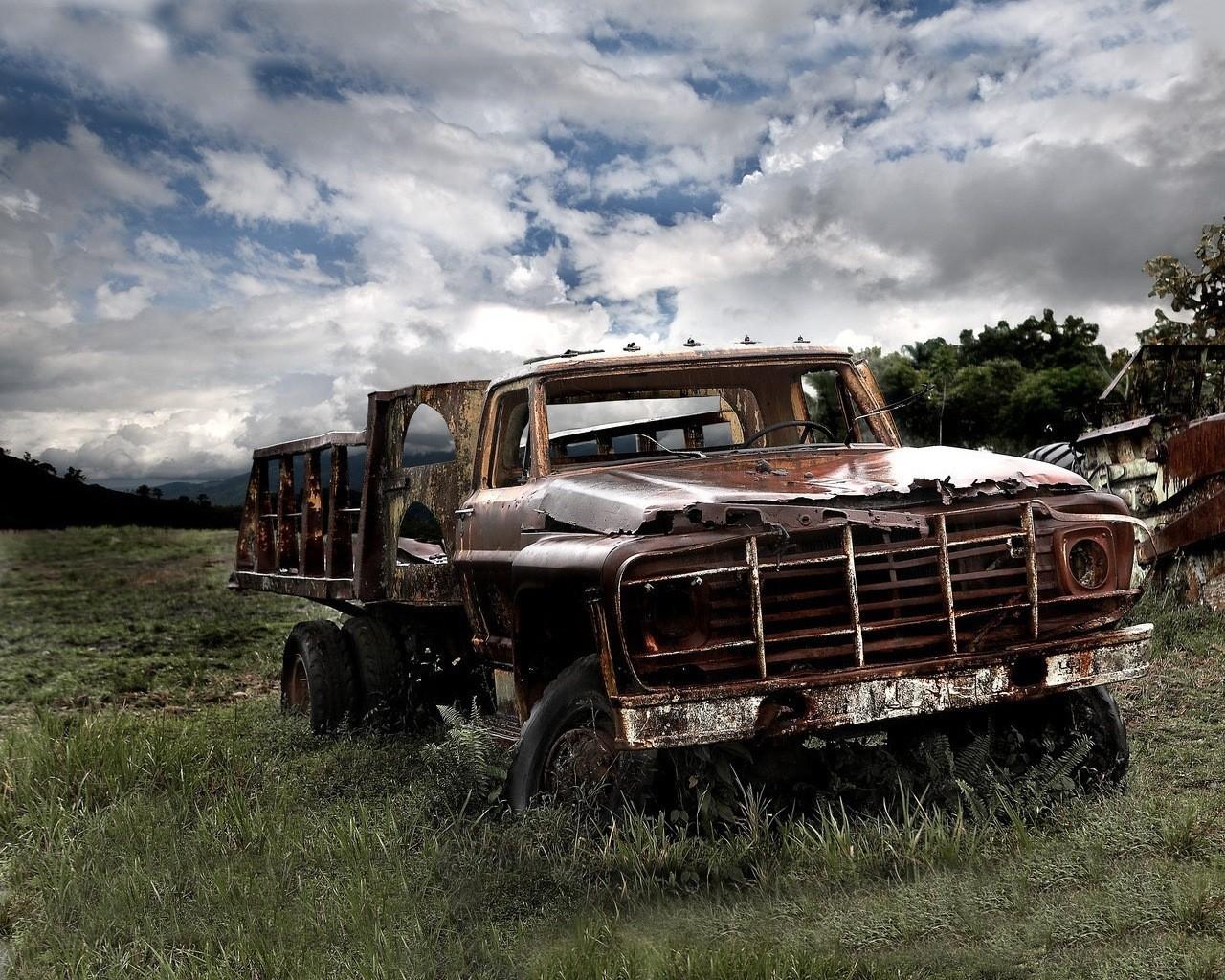 Старый автомобиль в поле  № 2341362 бесплатно