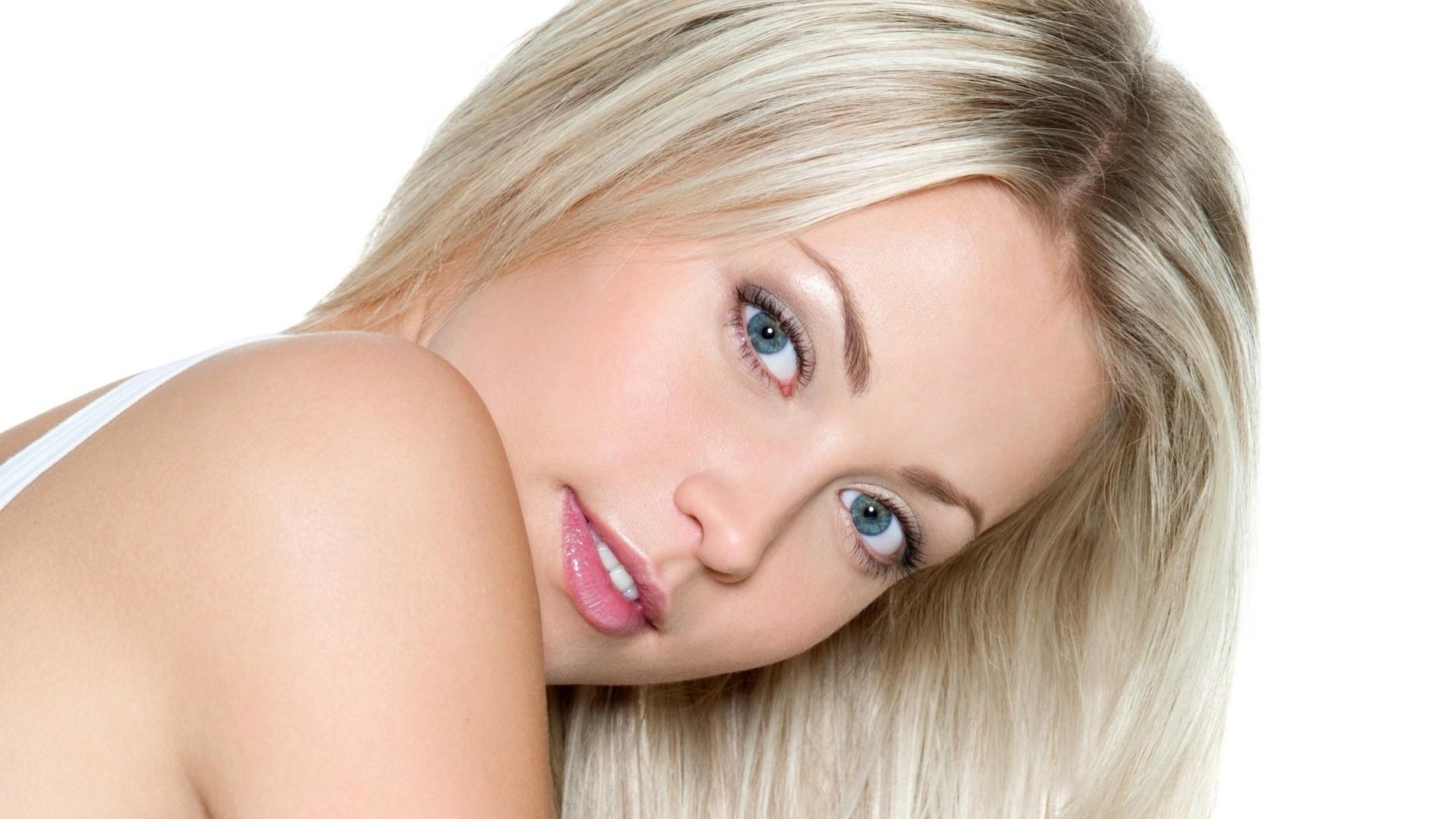 Профессиональная фотосессия голубоглазой блондинки
