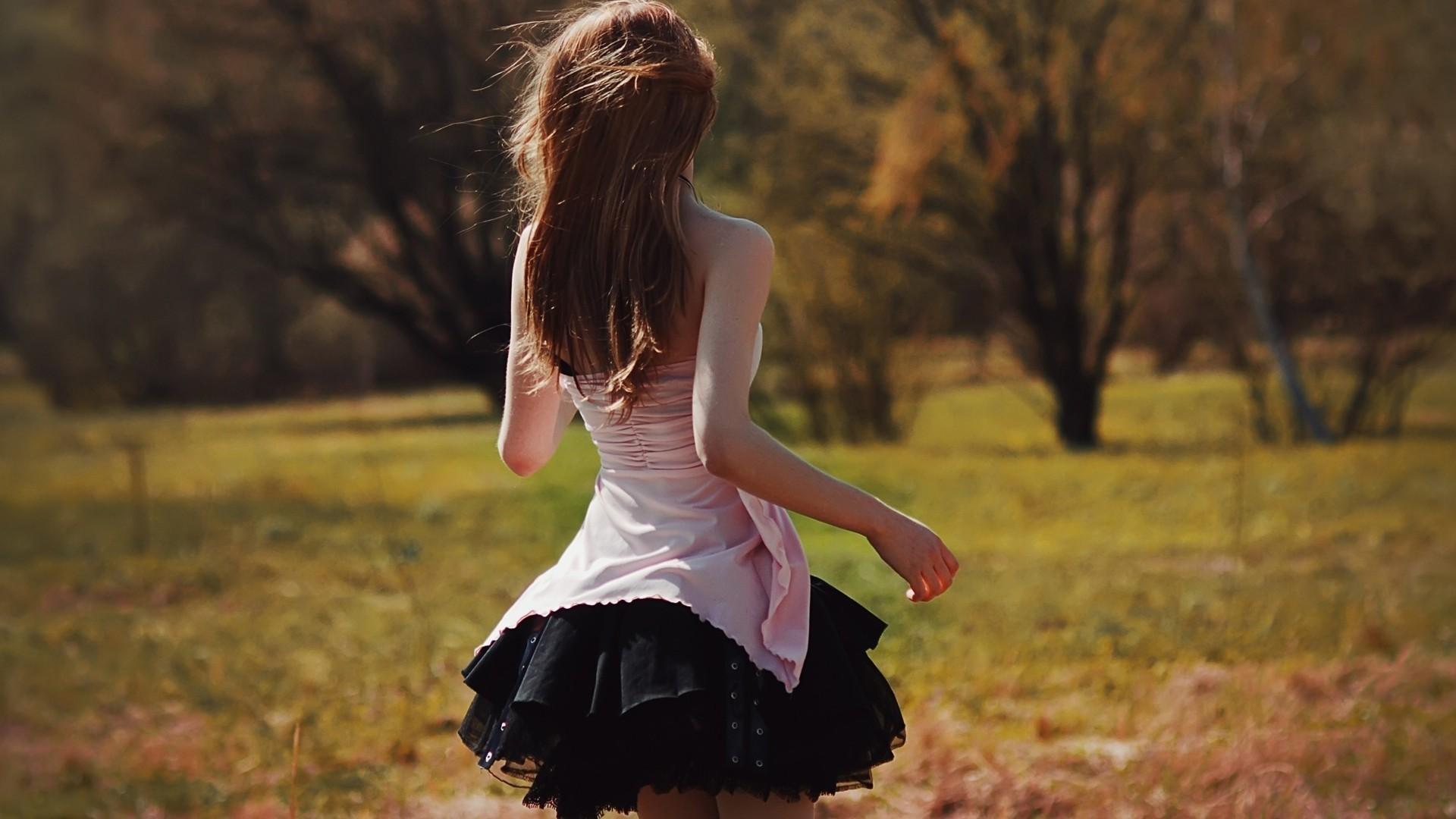 Картинки девушек со спины на заставку