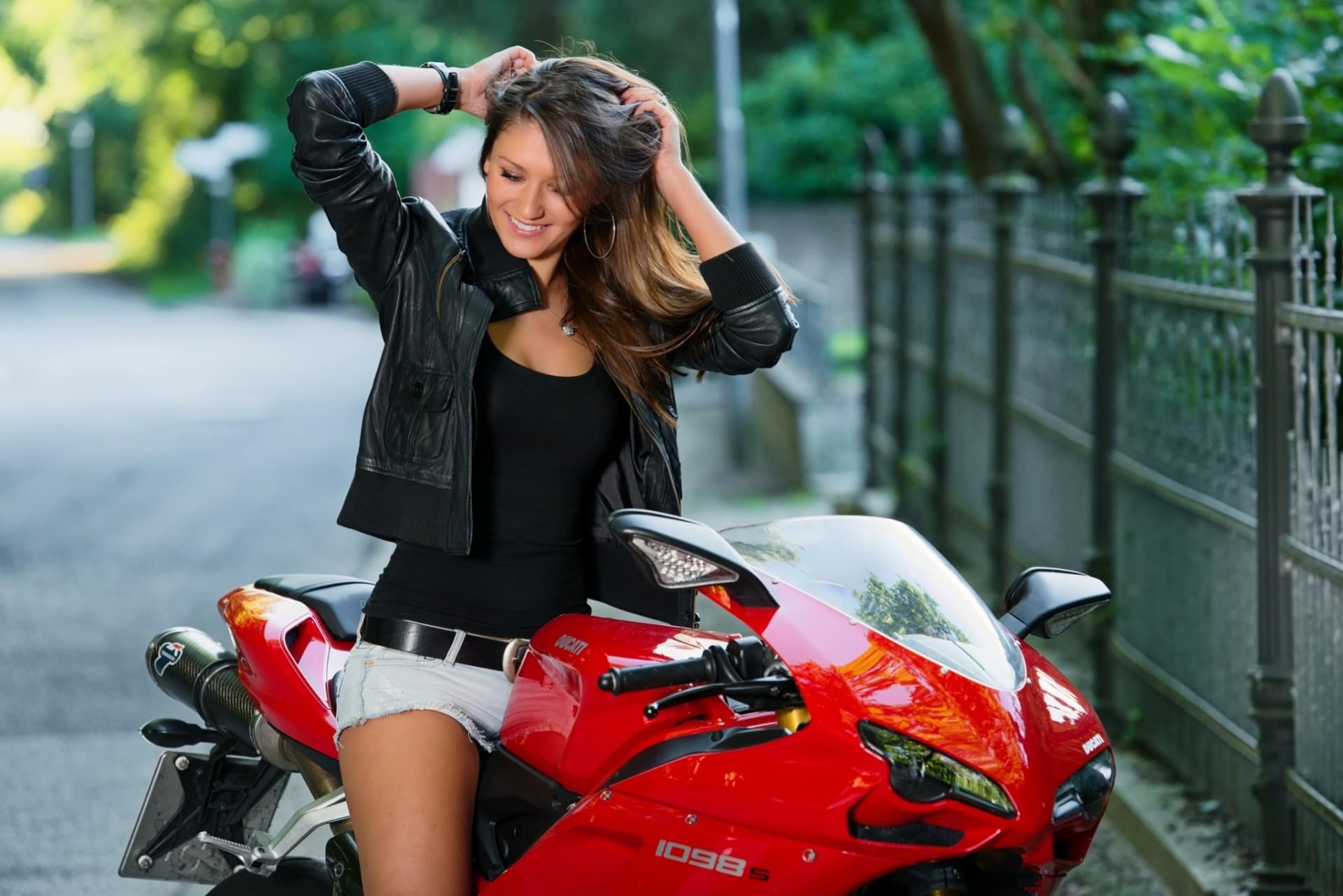 Фото девушек на байках, Прекрасные девушки на шикарных мотоциклах (80 фото) 26 фотография
