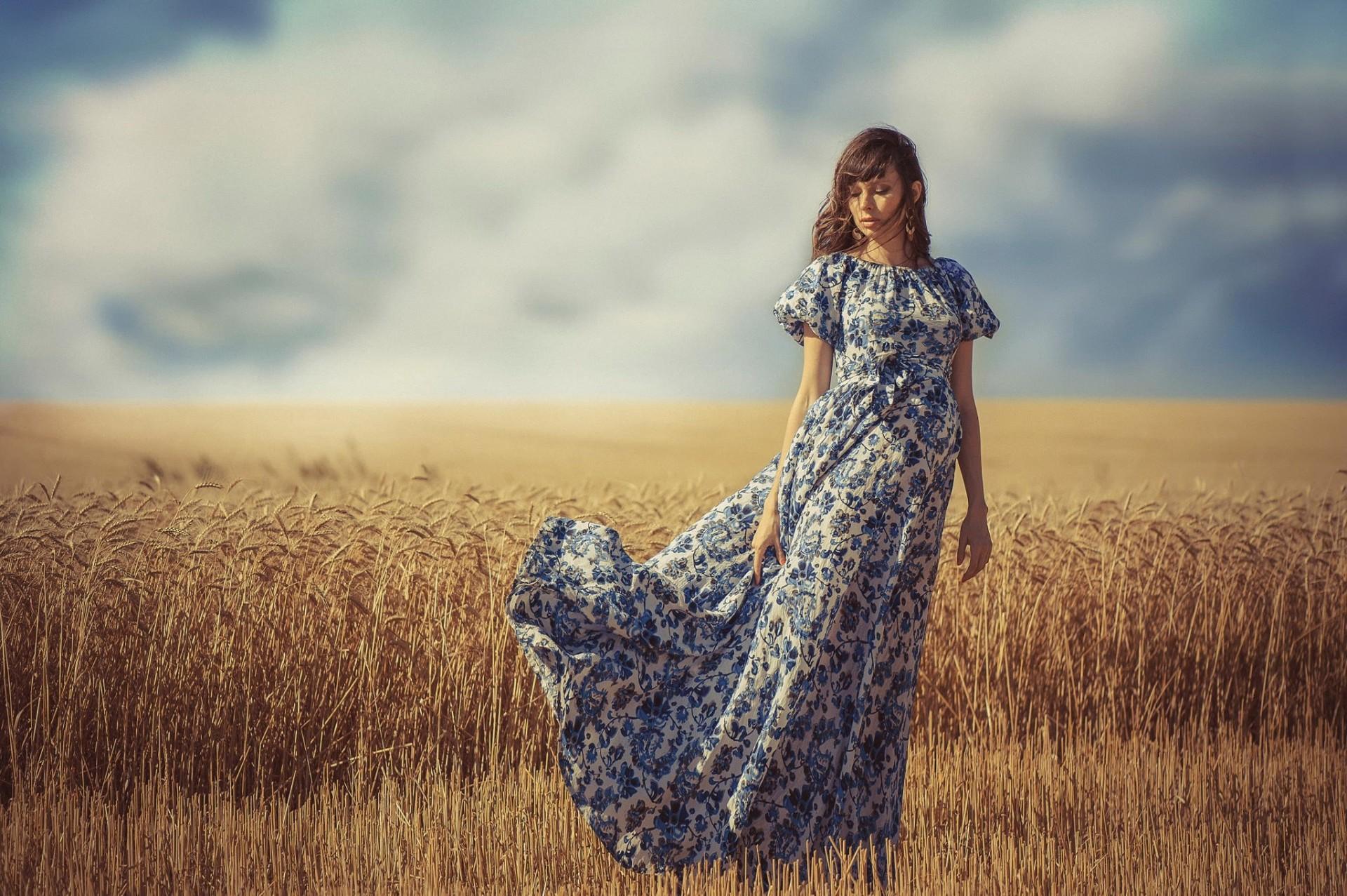 Девушка в поле с колосьями  № 1822176 бесплатно