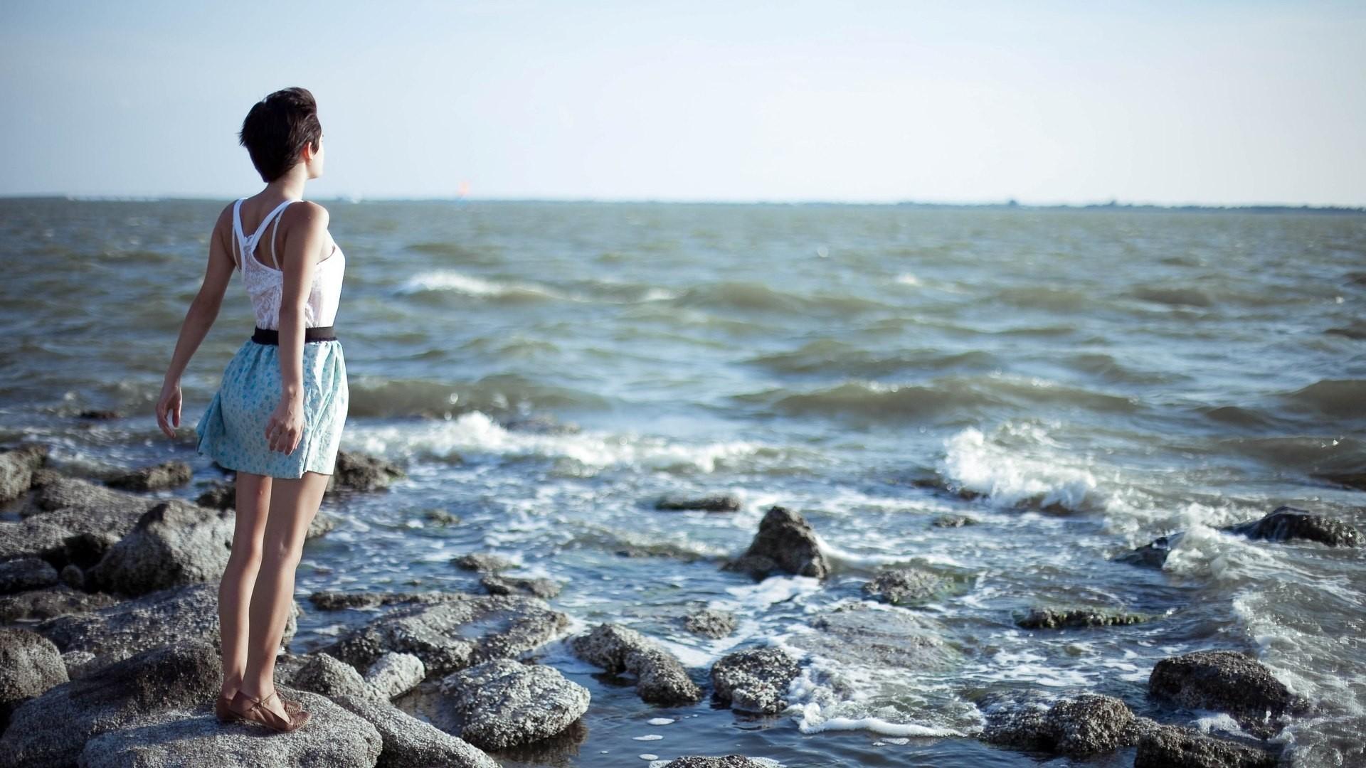 Фото красивых девушек на море с короткой стрижкой