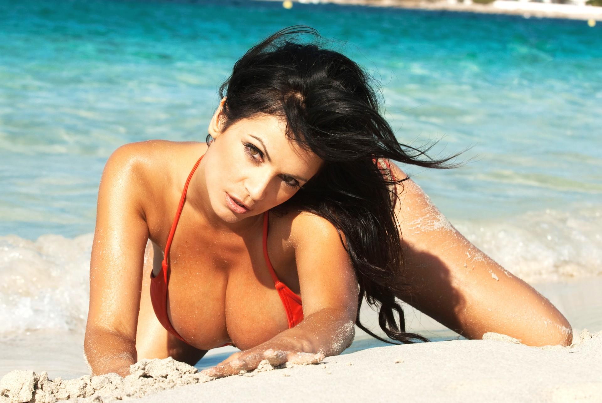 Фото девушка брюнетка на пляже в красивом купальнике, Без купальника девушки и женщины - красивые 25 фотография
