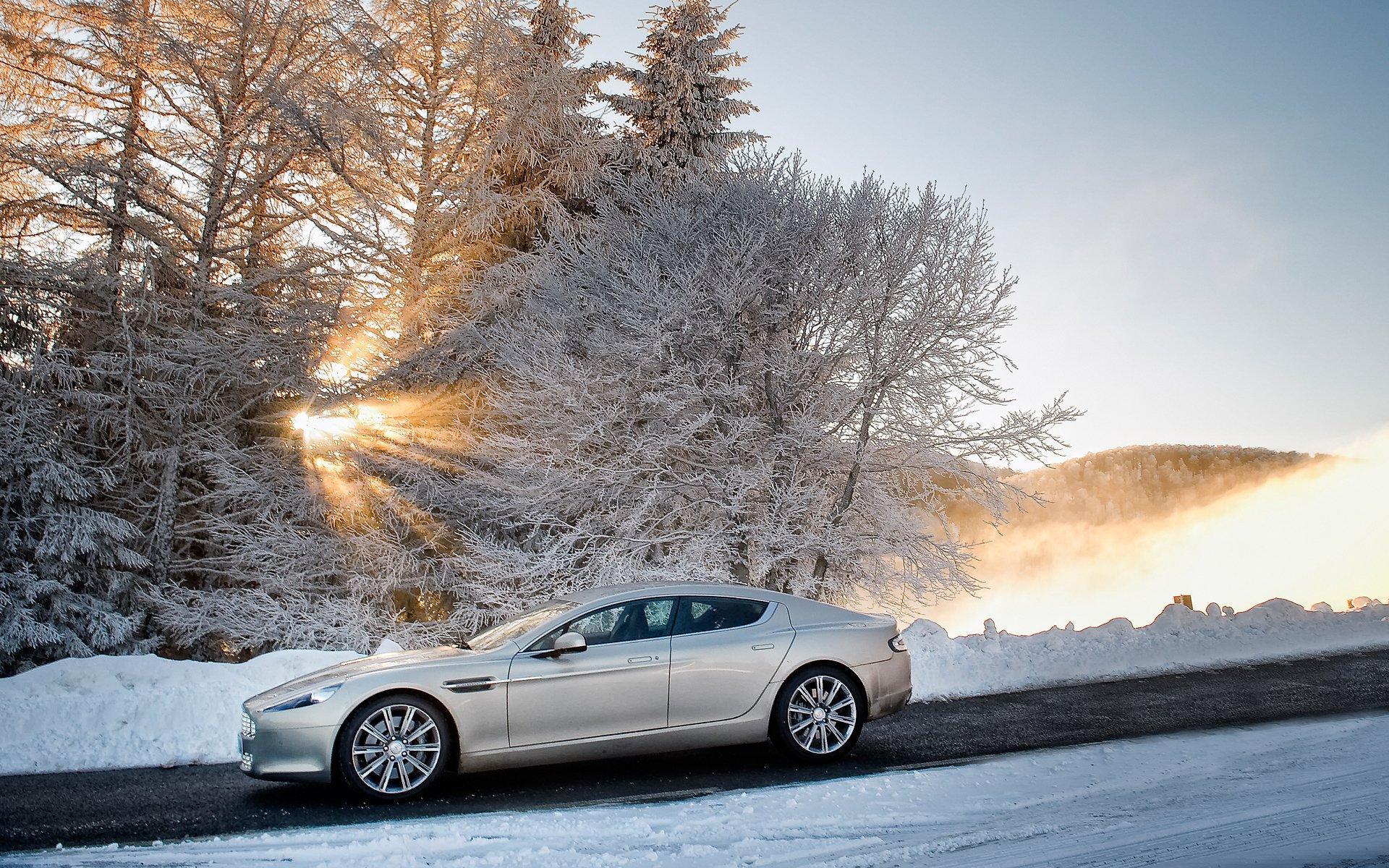 Aston martin на пустынной дороге загрузить
