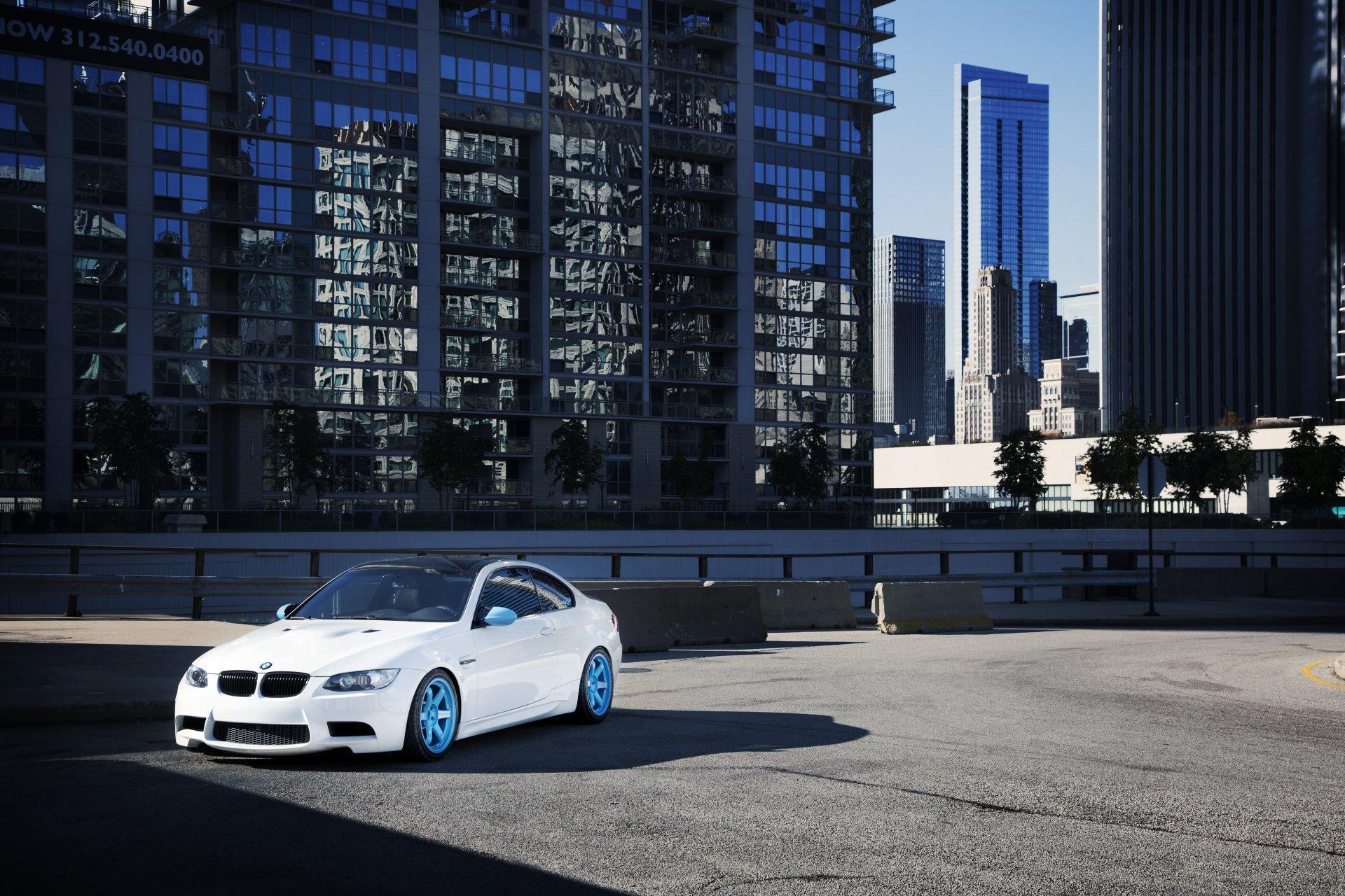 Белый авто на каменистой местности  № 214449  скачать