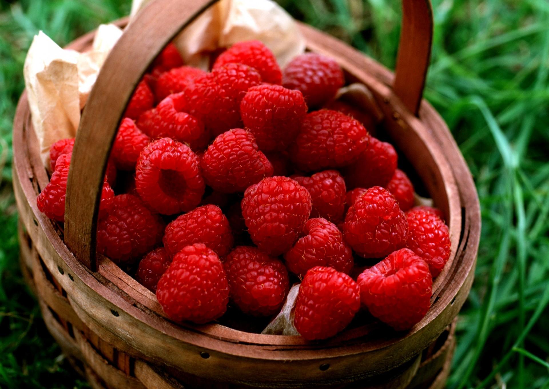 Открытка днем, картинка с ягодой малиной