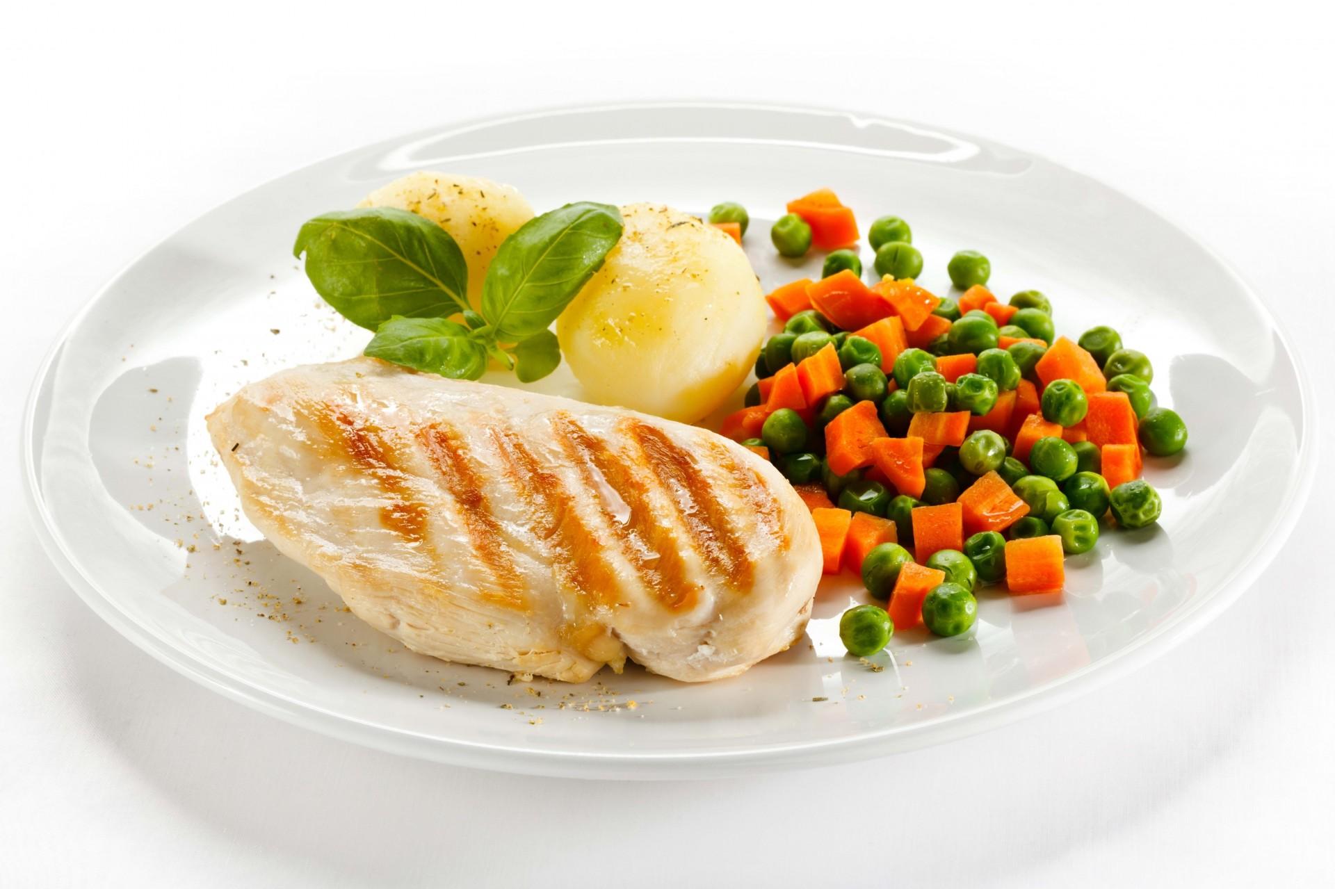 Первый завтрак: вареные яйца курицы (2 штуки), г обезжиренного кефира (можно заменить ряженкой или закваской), чашка зеленого чая без сахара, маленький фрукт на выбор.
