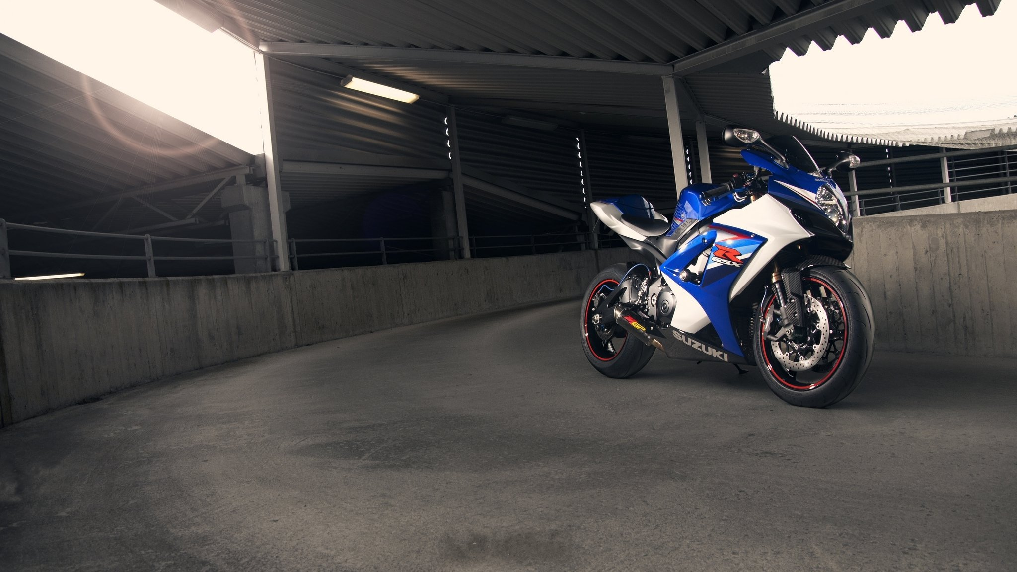 синий мотоцикл suzuki gsx r1000 скачать