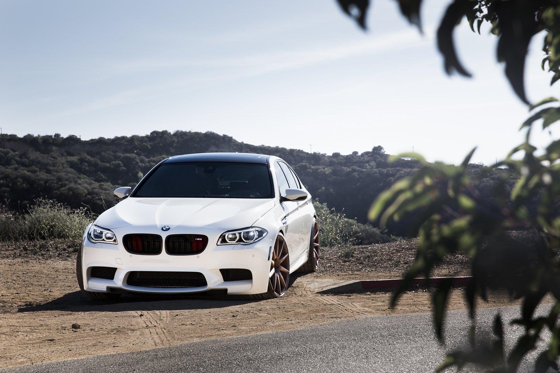 Белый BMW M5  № 445247 без смс