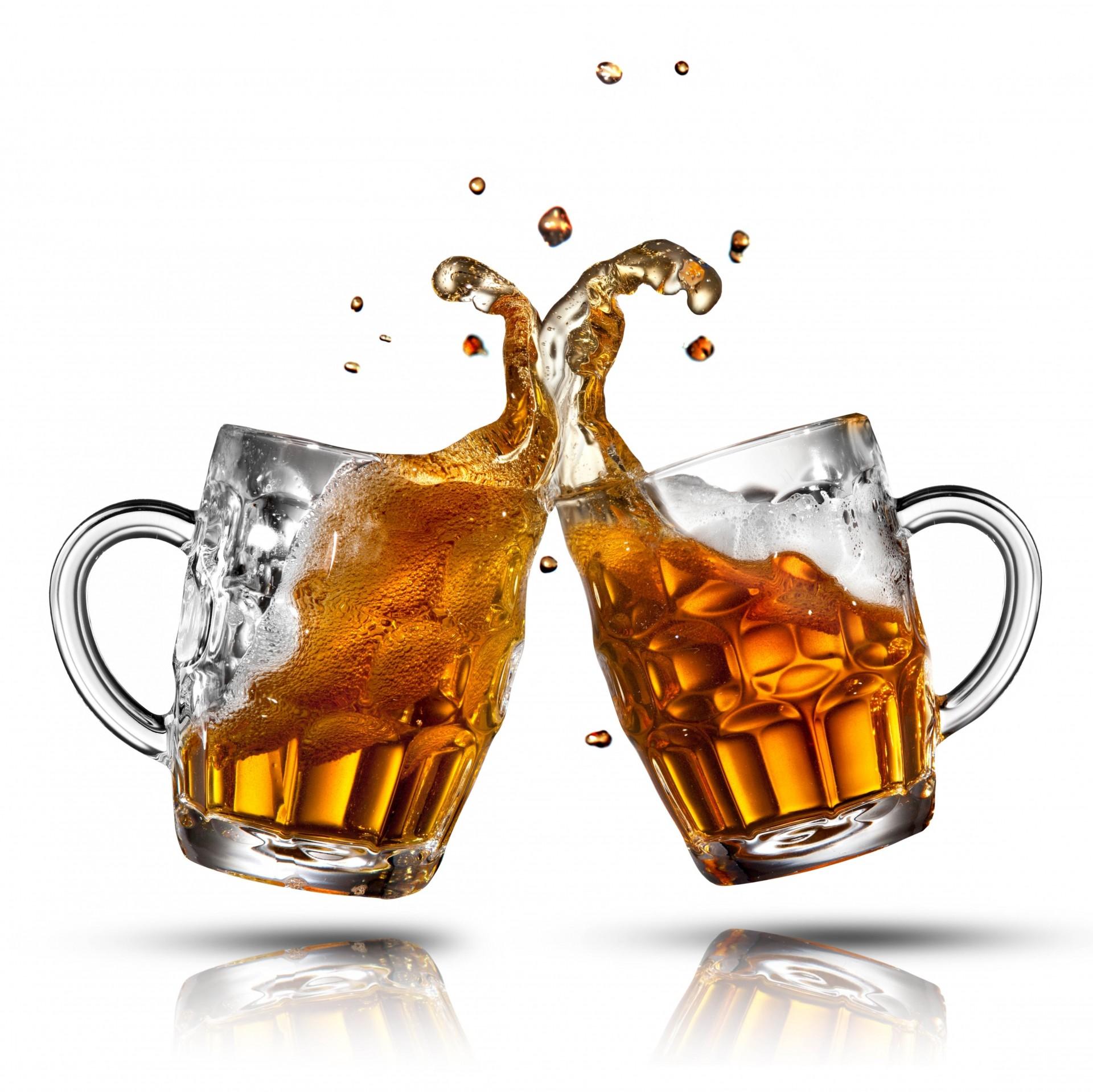 Два бокала с пивом чокаются картинки