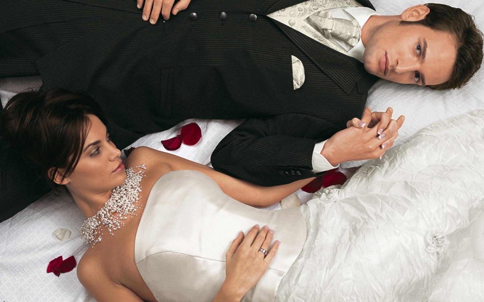 было очень перви брачни ноч и девушка связал руки