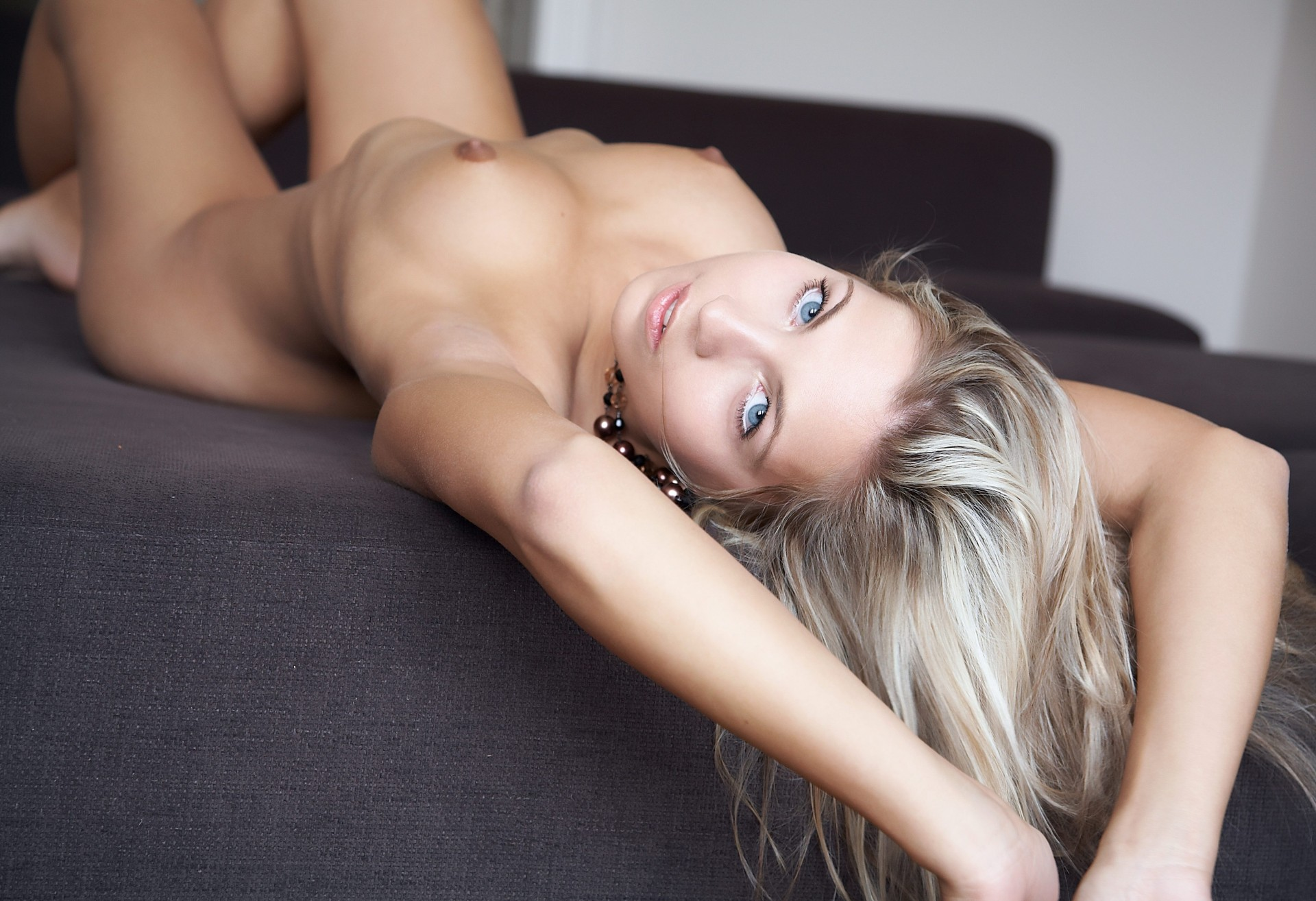 Beautiful nude blonde girls — photo 15