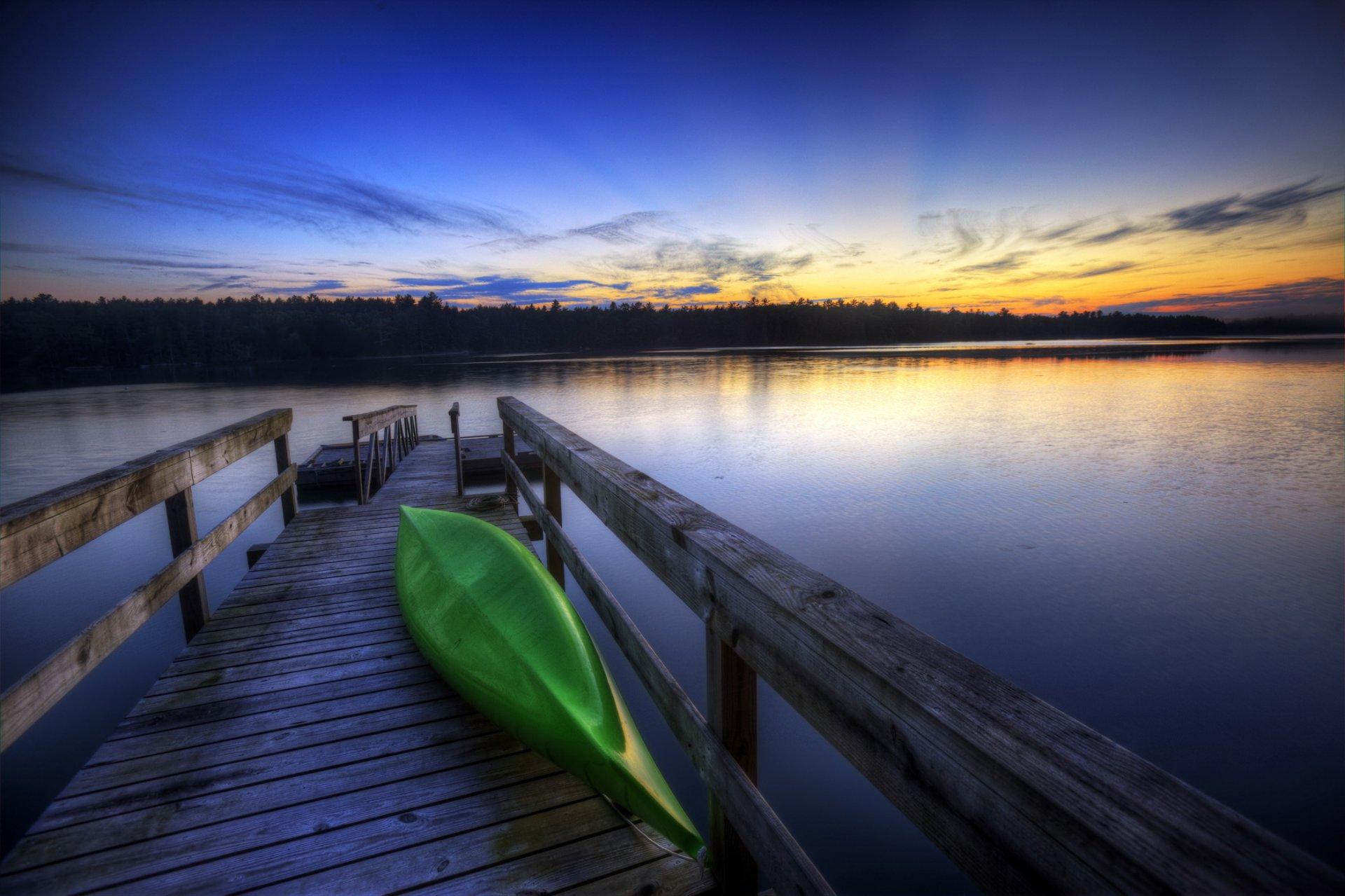 Лодка на берегу зеленого озера  № 2492969 без смс