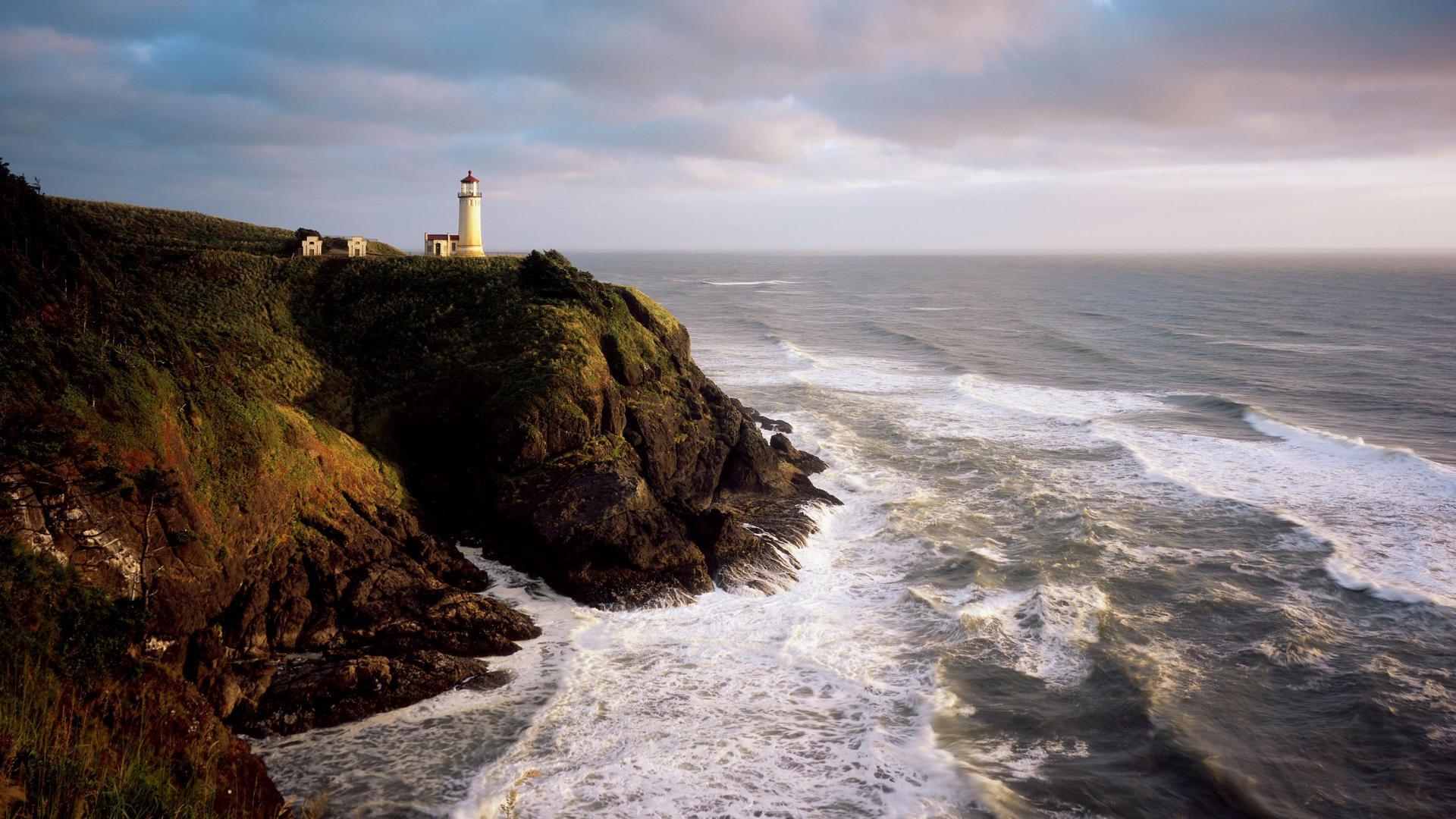 Маяк волны камни море в хорошем качестве
