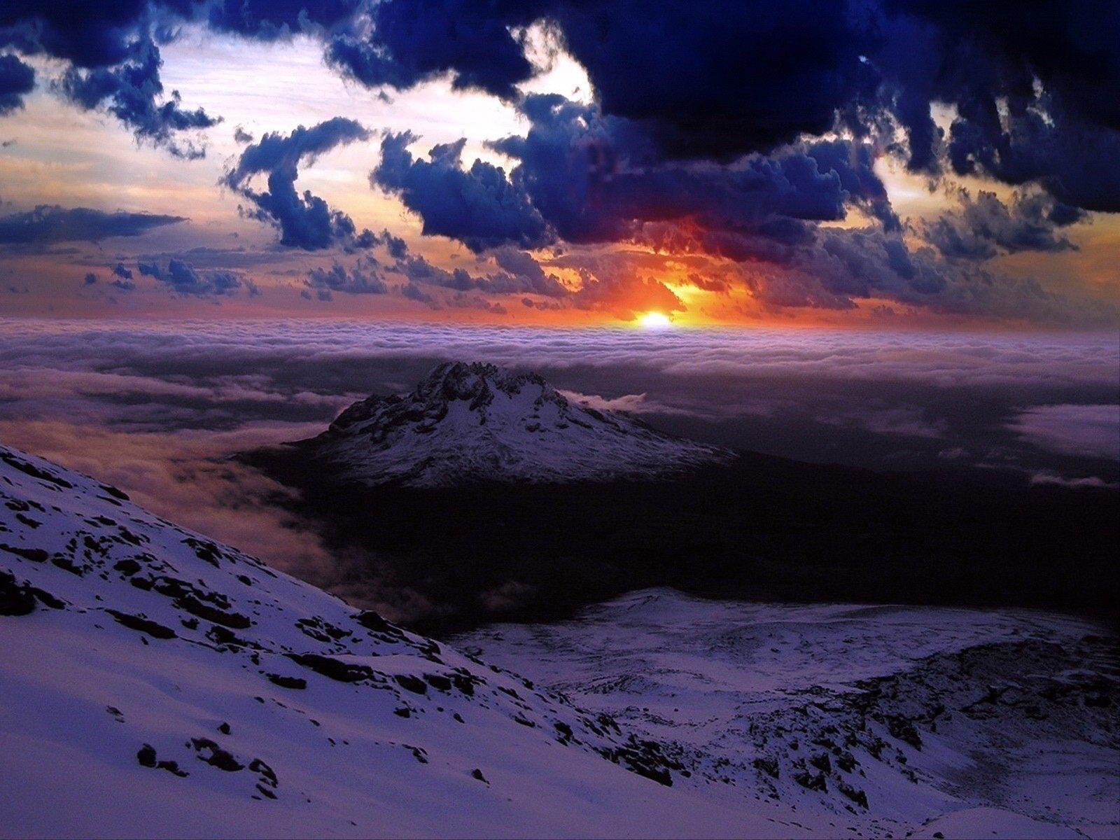 Низкие облака у горы загрузить