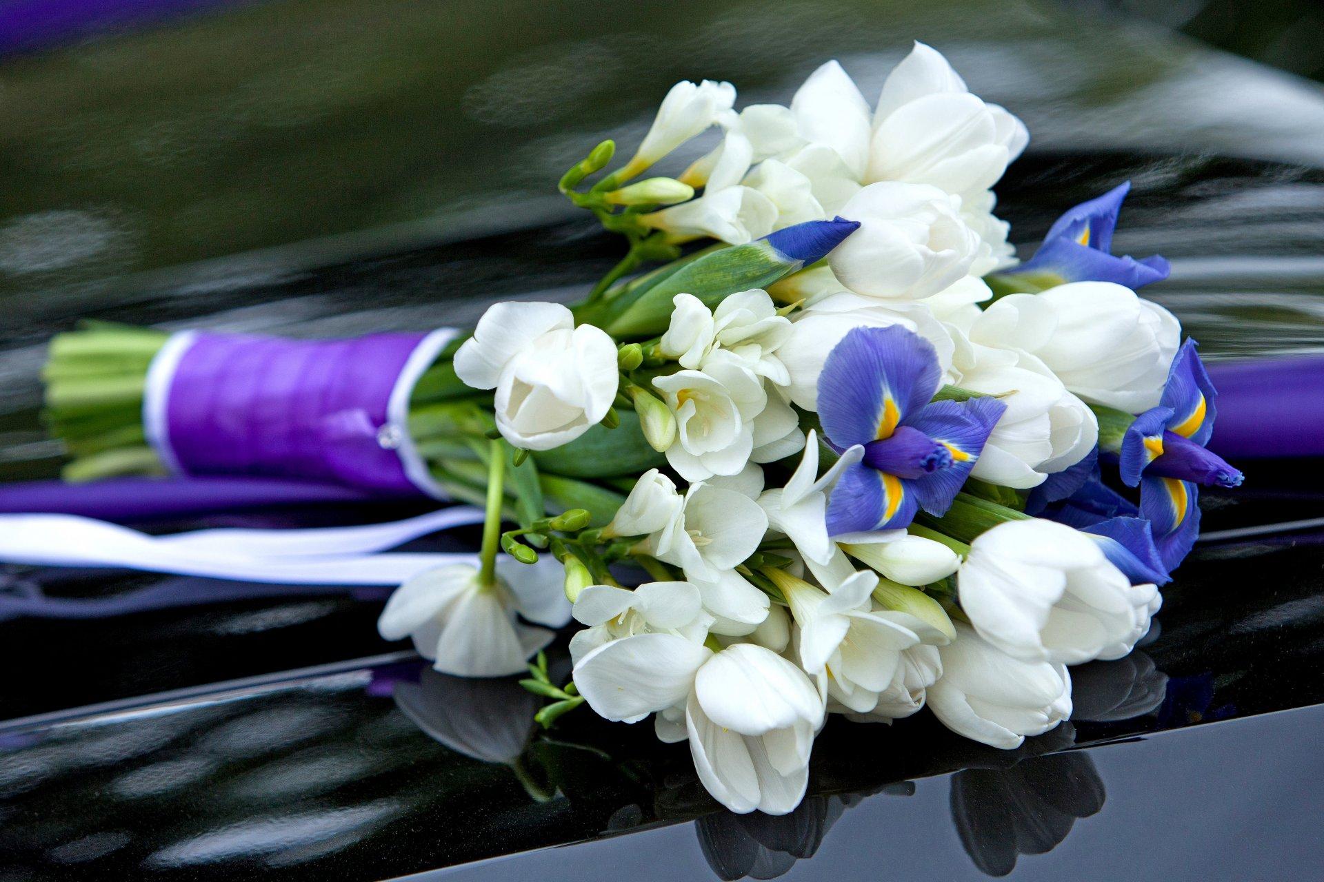 Букет на свадьбу из белых тюльпанов и ирисов