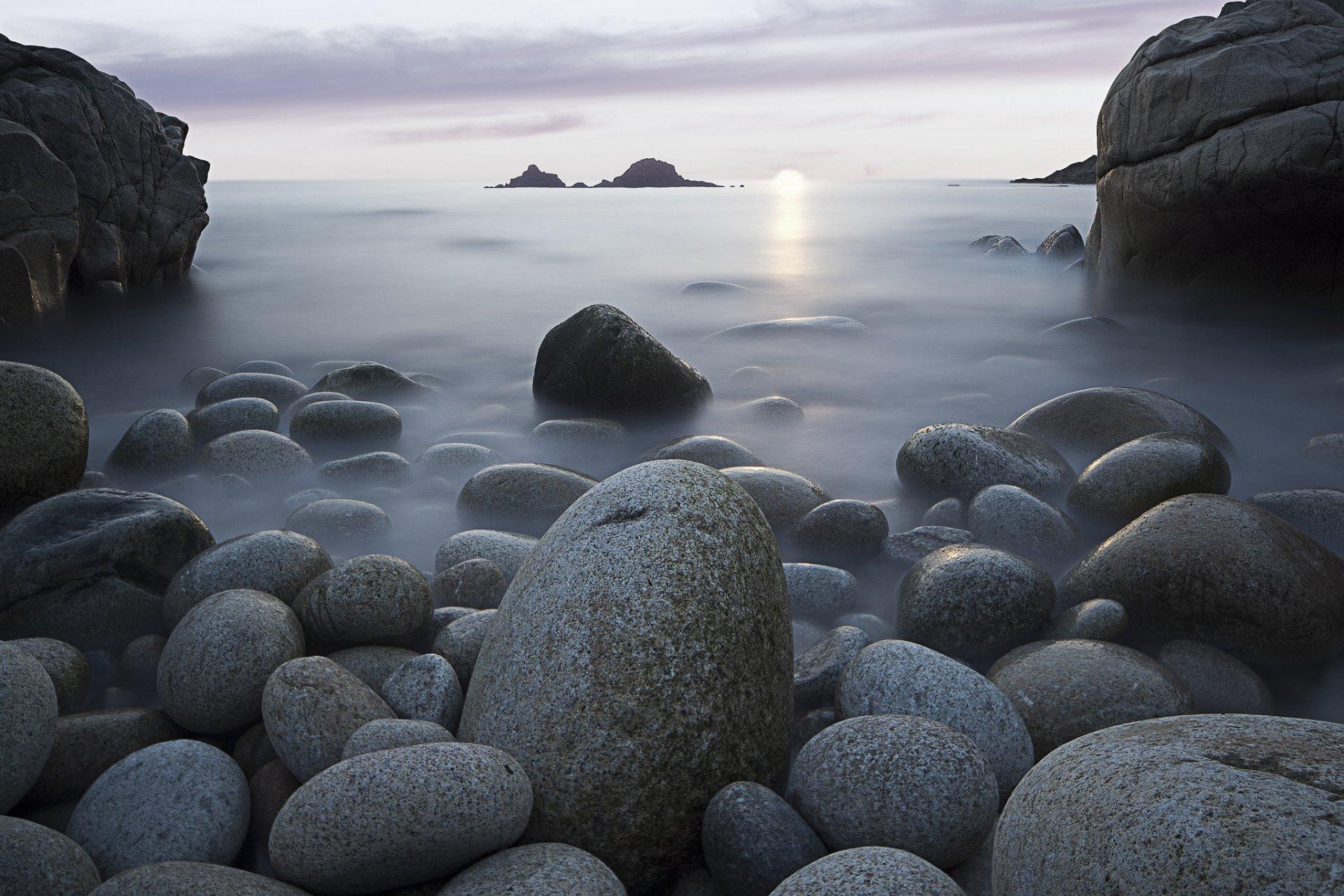 фото белых камней у воды техника предполагает