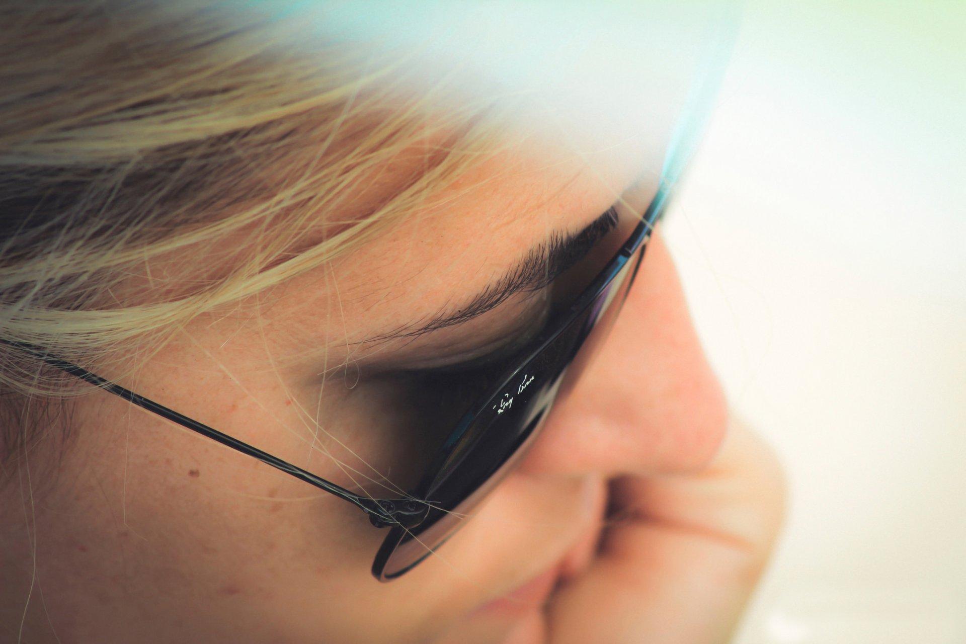 Фото лицо девушки в очках на аву