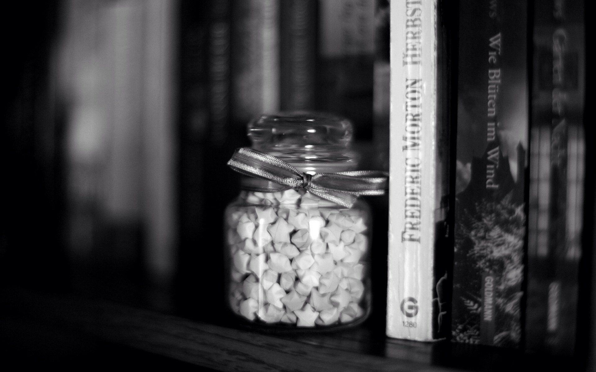 книги чёрно-белые картинки