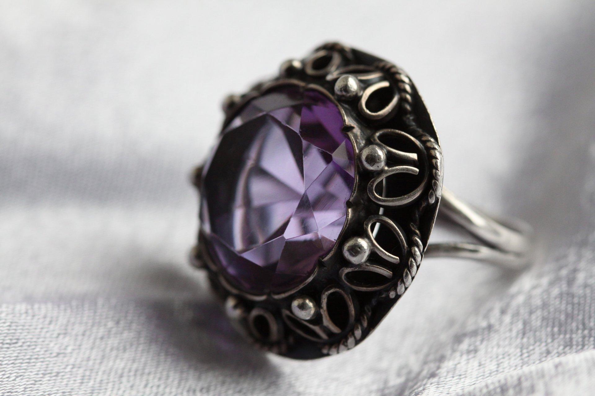 Золотой перстень с бриллиантом предвещает связь с человеком, который подарил вам это кольцо, надеть подобное украшение означает переменить жизнь к лучшему, обрести всеобщее уважение, удачу и везение.