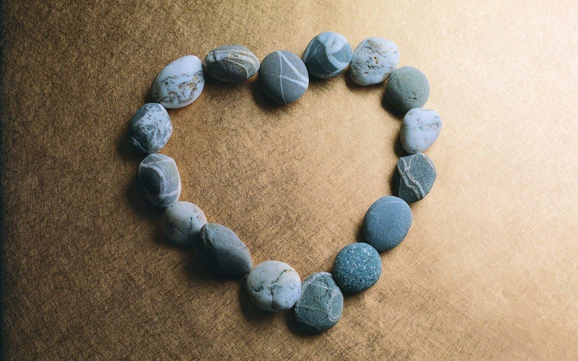 Сердце из камушков бесплатно