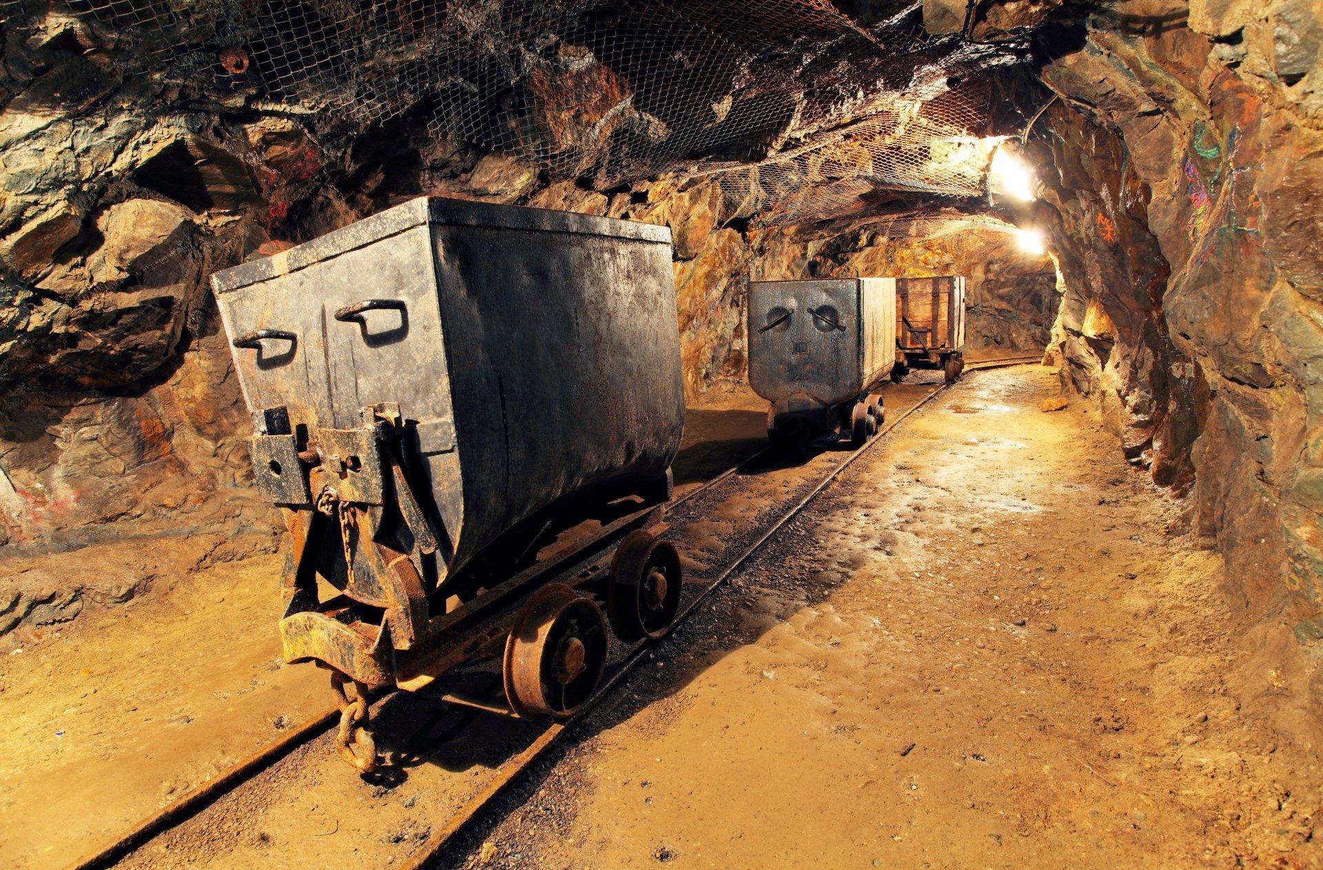 подземка на рудниках рельсах фото руки режим