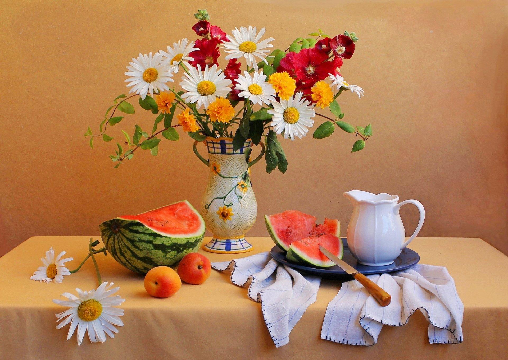 https://w-dog.ru/wallpapers/13/13/538349336458277/natyurmort-stol-nozh-kuvshin-vaza-buket-cvety-arbuz-abrikos.jpg
