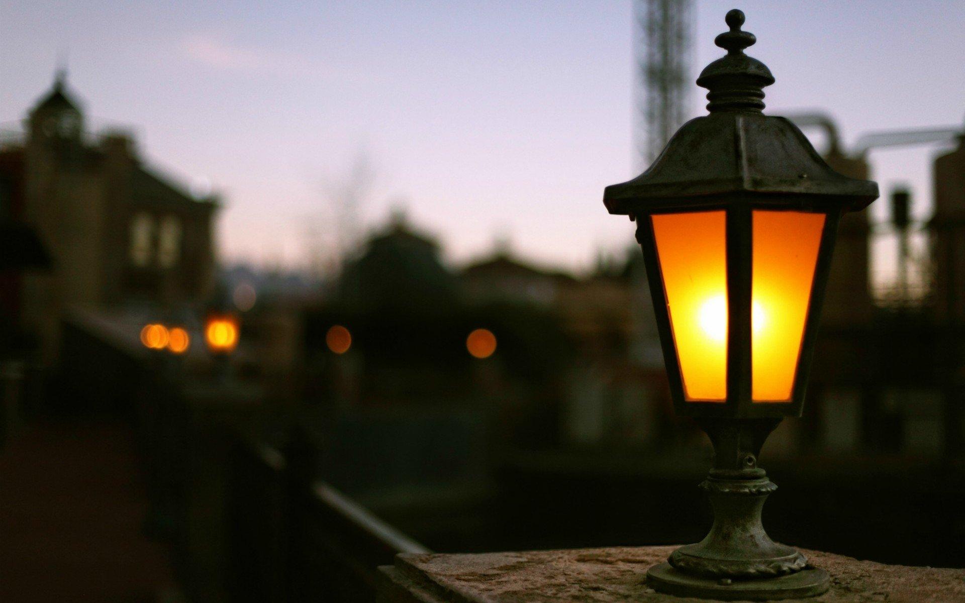 зелёном картинка с фонарем и лампочками обстановка, высокая