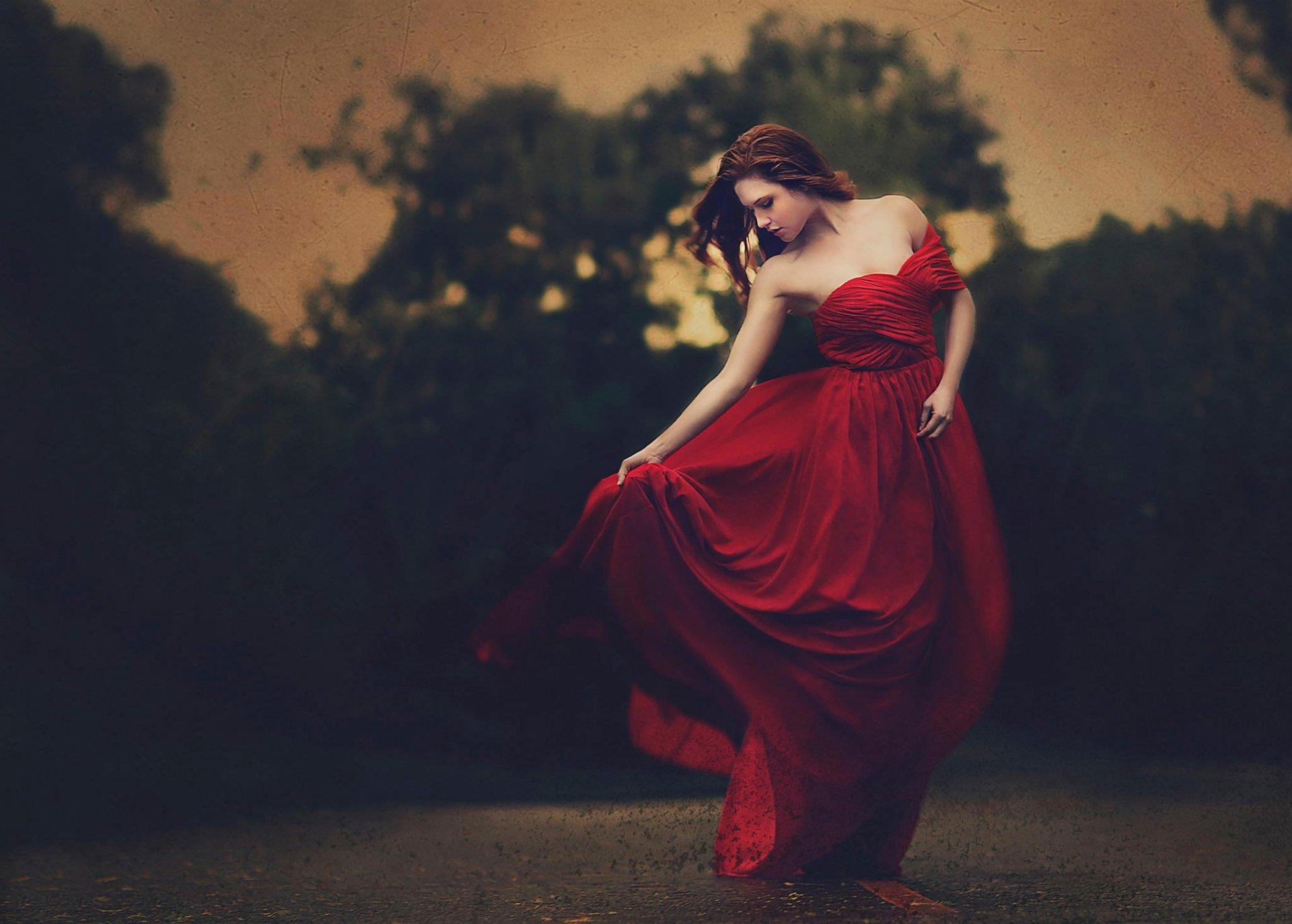 видео девушка в красном платье здесь найдешь