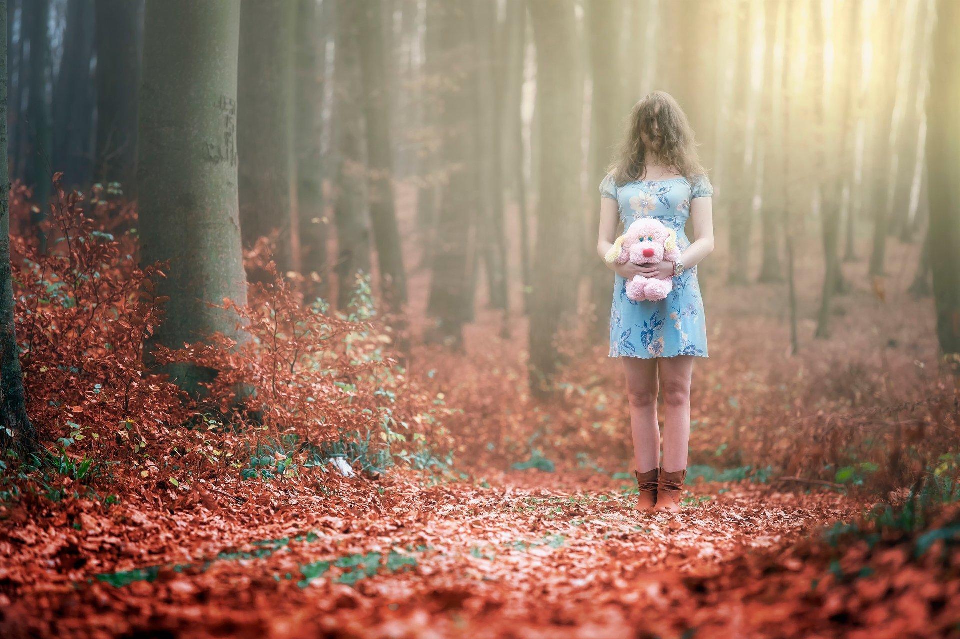 Девушка гуляет по лесу — img 2