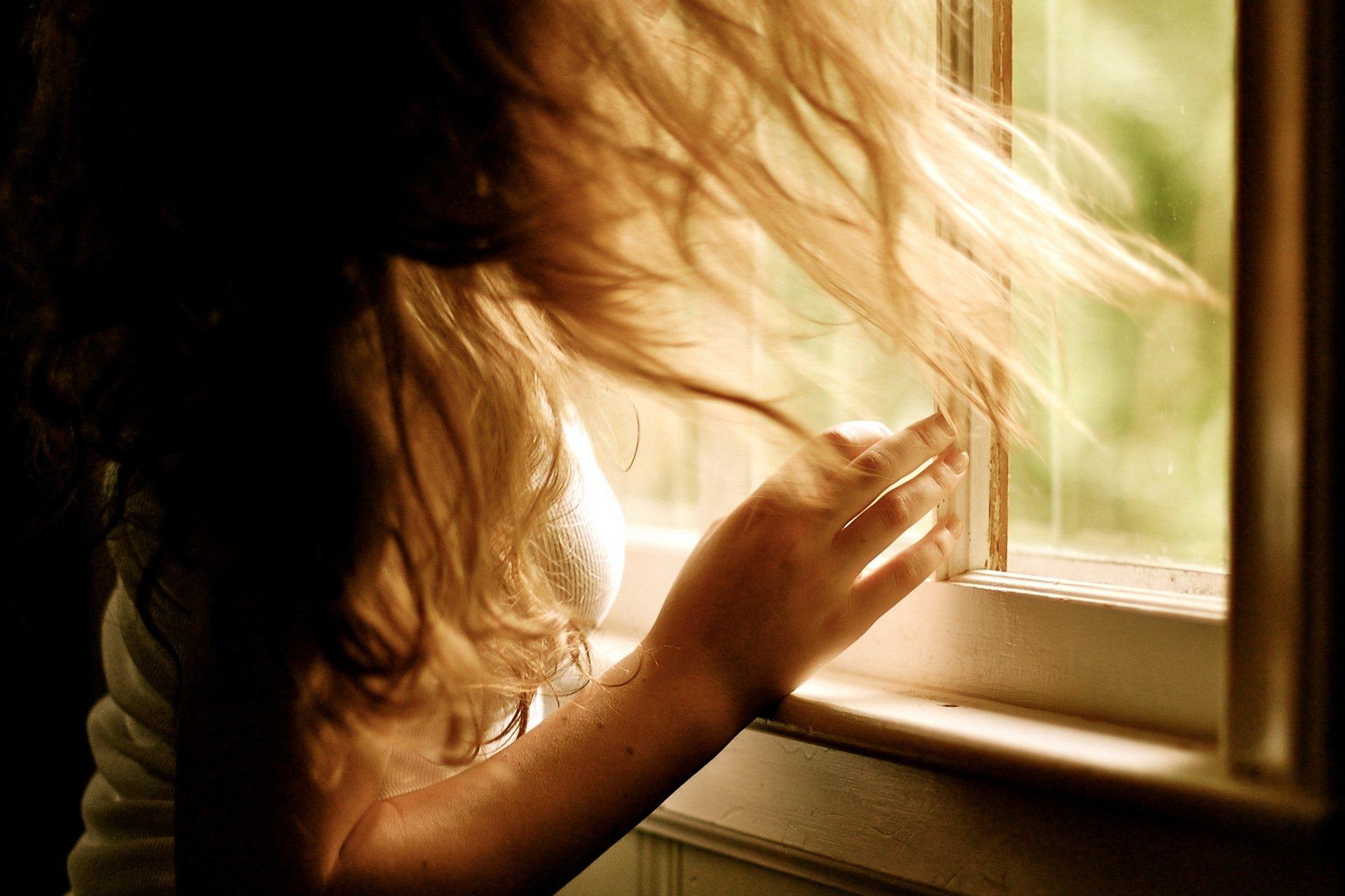 Фото девушек возле окна без лица