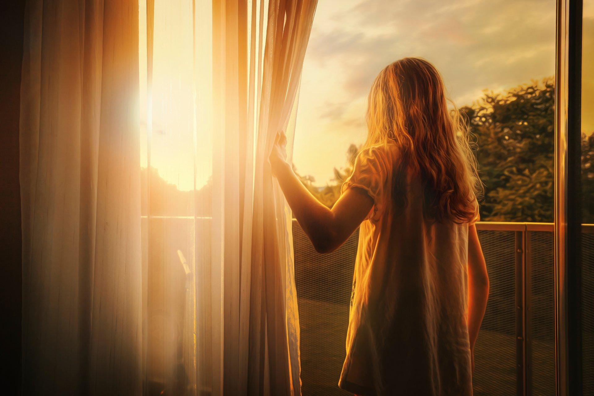 Смотреть фото девушек у окна