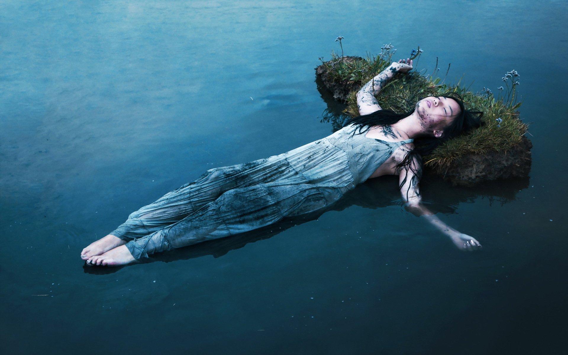 Красивые фото девушек у воды необычные