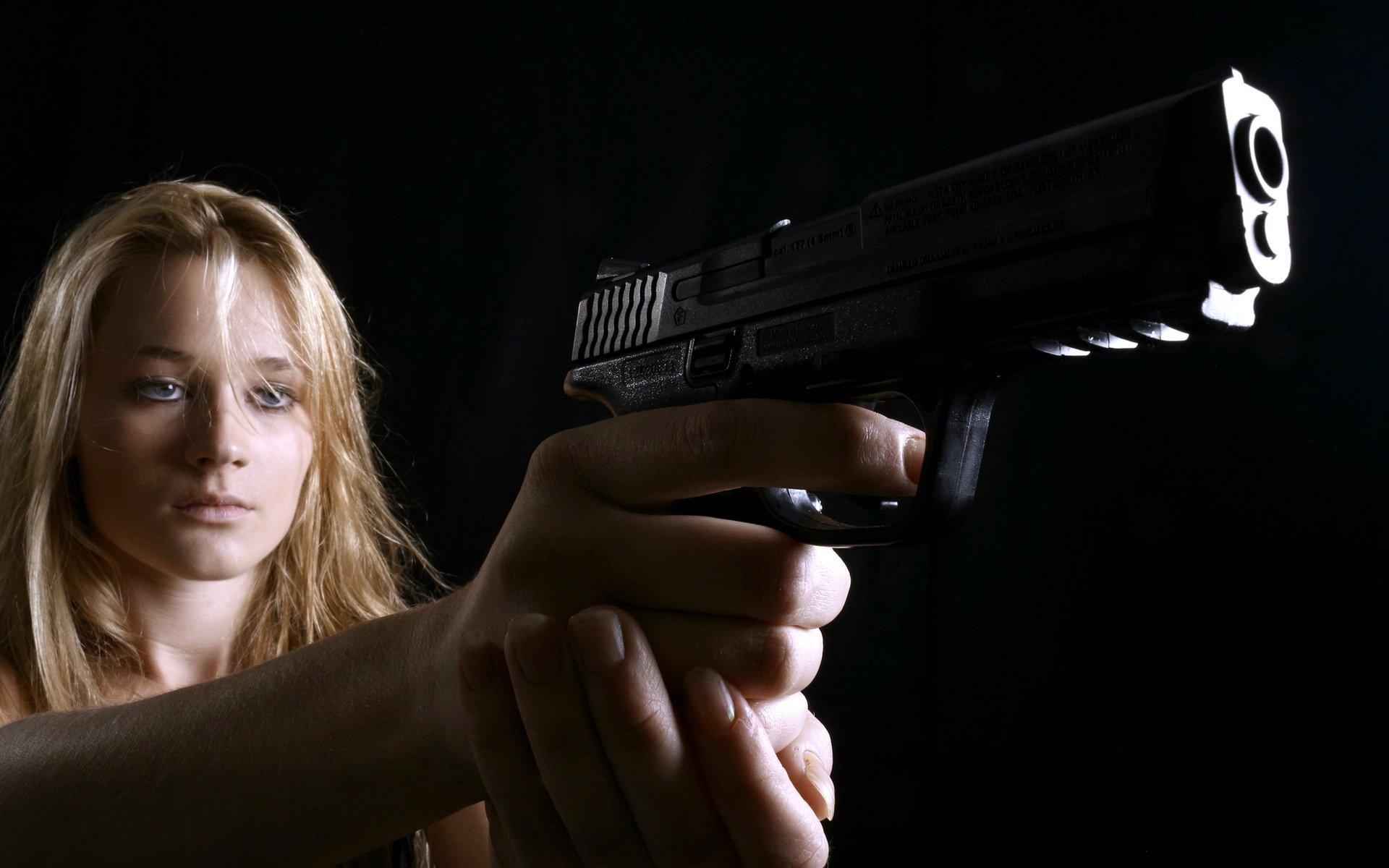 свернул фото девушки наставившей пистолет на парня менее полюбоваться всегда
