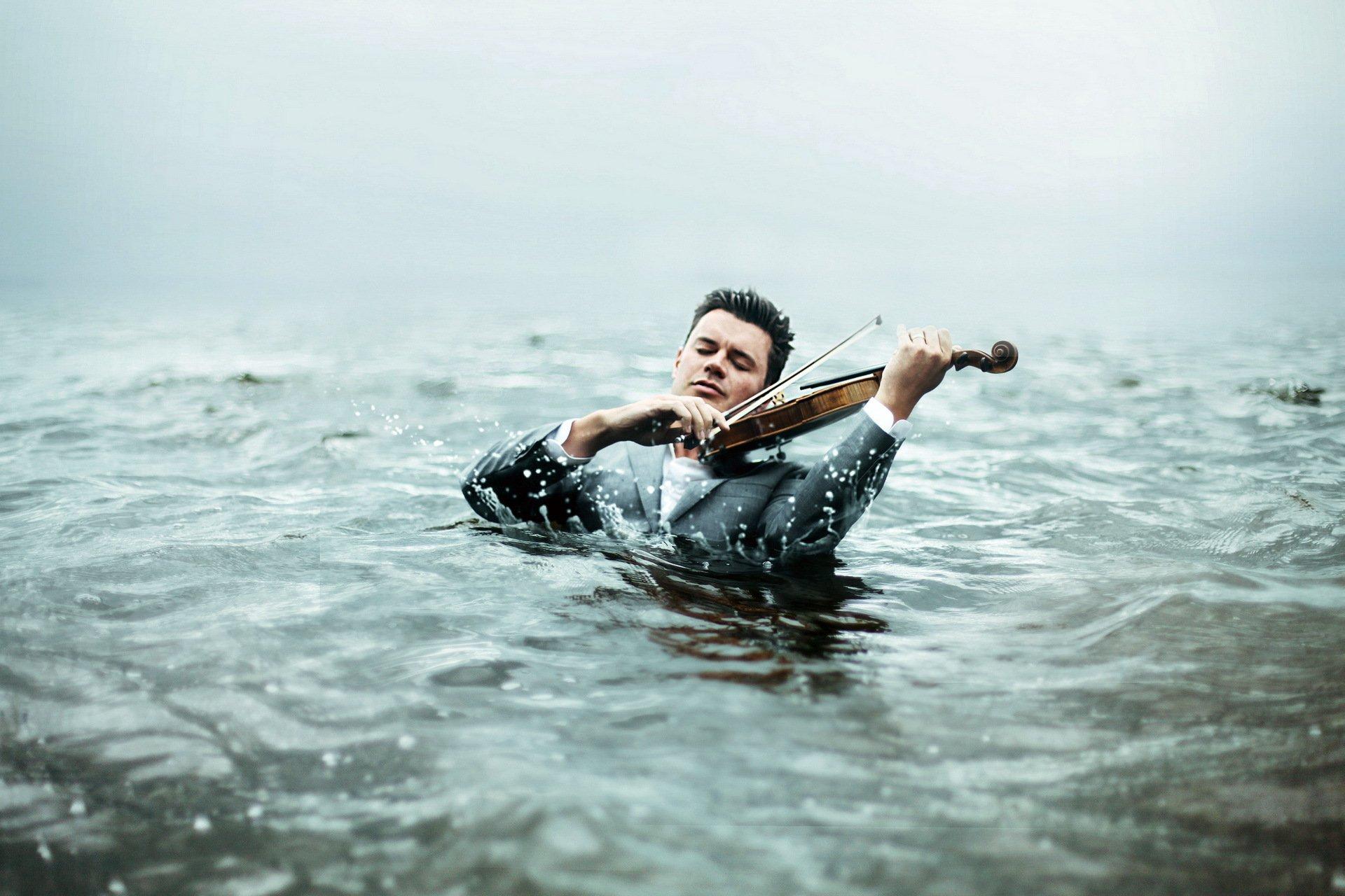 Фотосессия парень у воды
